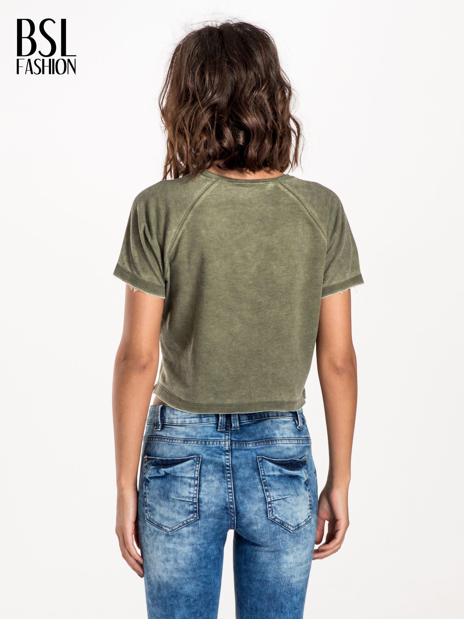 Khaki t-shirt cropped z motywem pizzy                                  zdj.                                  2
