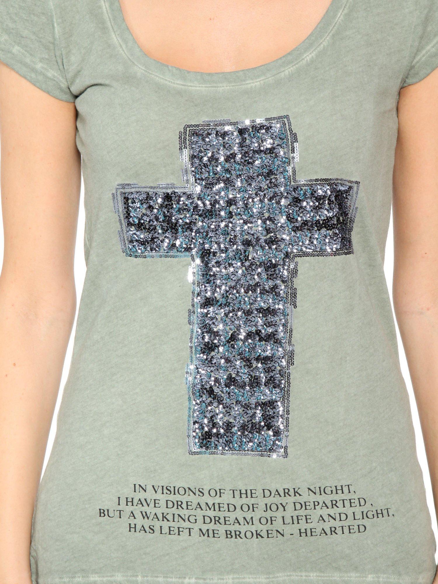 Khaki t-shirt z cekinowym krzyżem                                  zdj.                                  7
