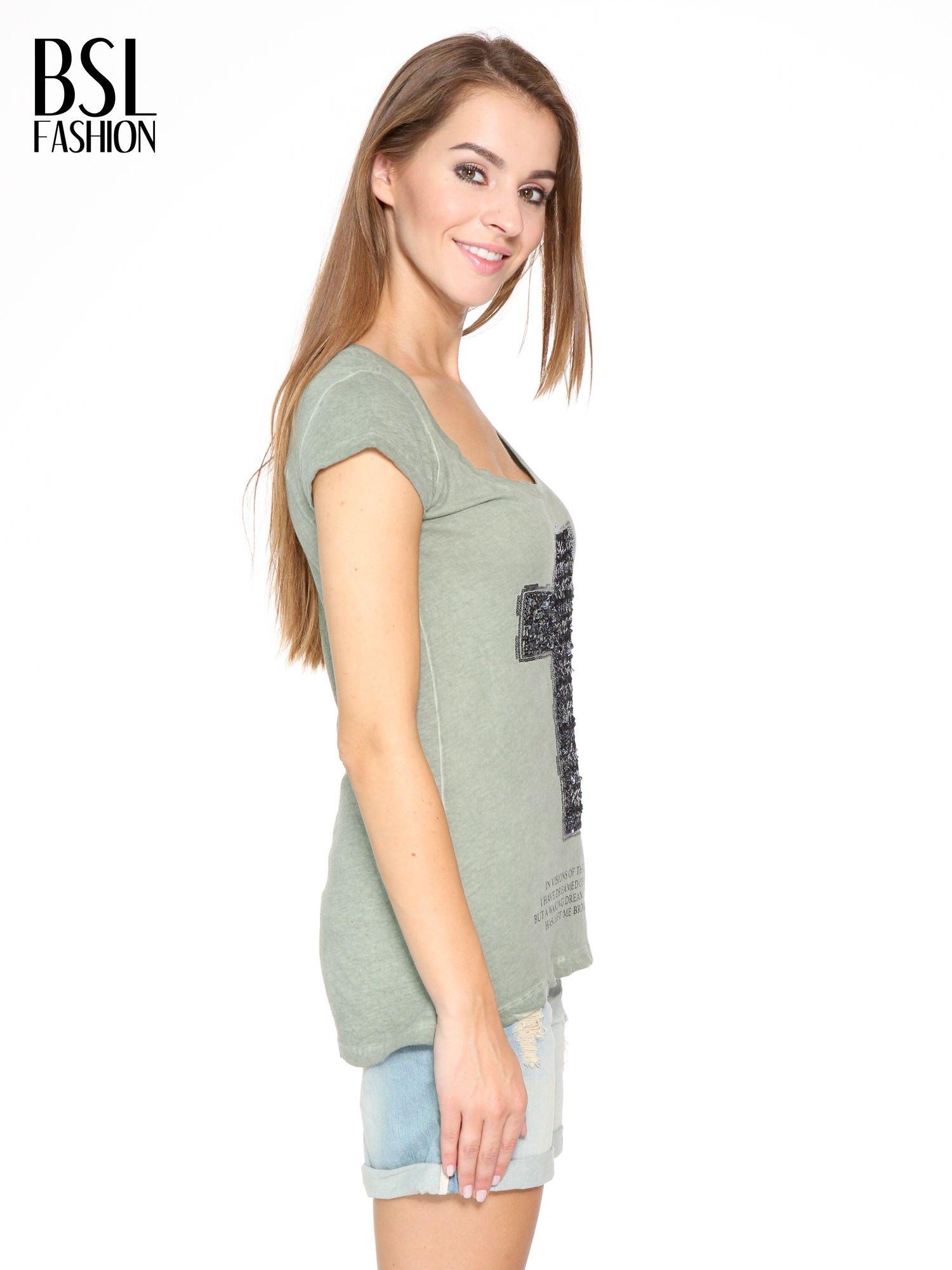 Khaki t-shirt z cekinowym krzyżem                                  zdj.                                  3