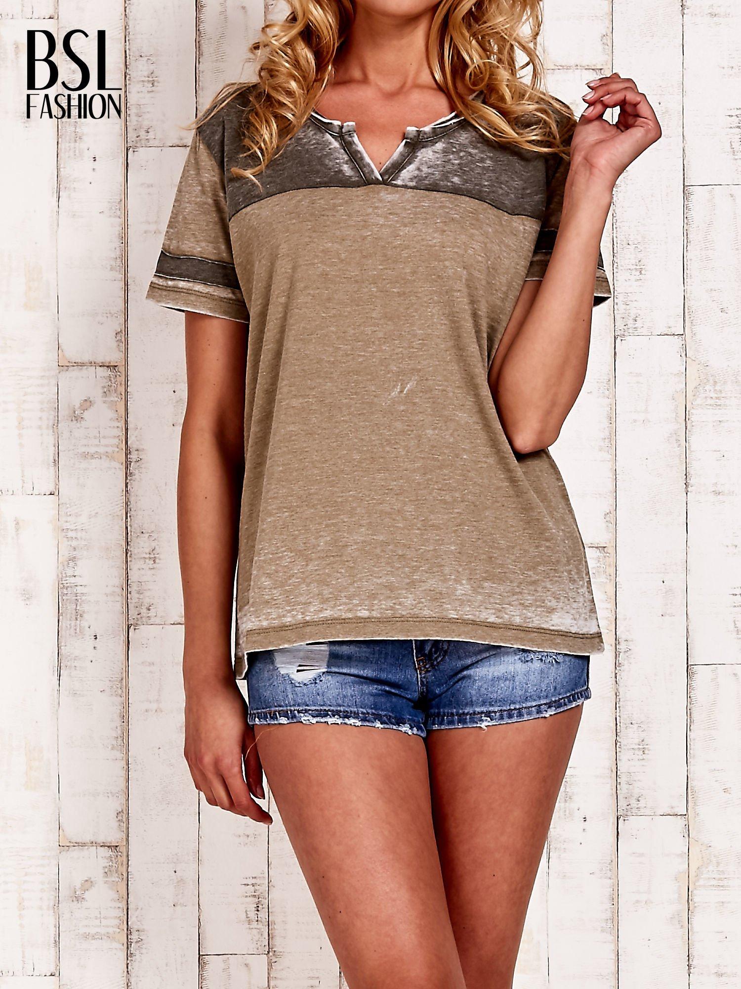 Khaki t-shirt z rozcięciem przy dekolcie efekt acid wash                                  zdj.                                  1