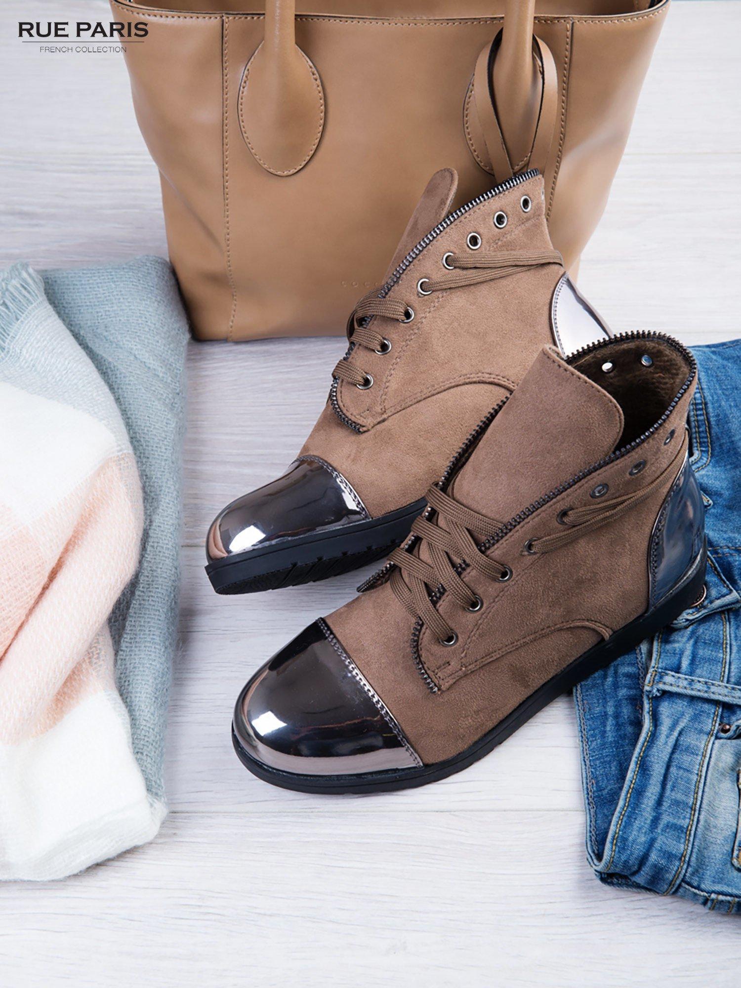 Khaki zamszowe sneakersy z ozdobnym suwakiem i lustrzanymi wstawkami                                  zdj.                                  2