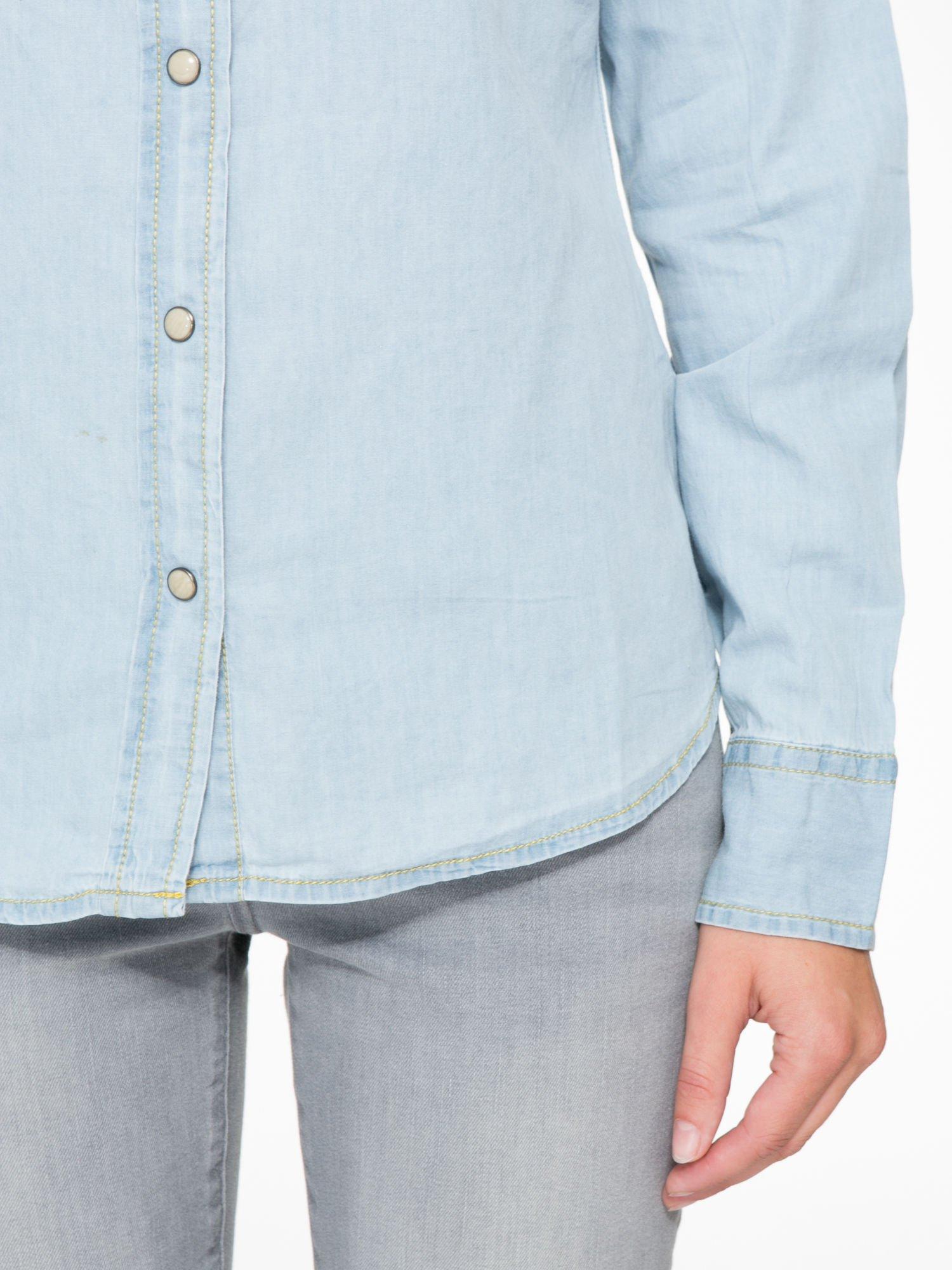 Klasyczna jasnoniebieska jeansowa koszula z kieszonkami                                  zdj.                                  6