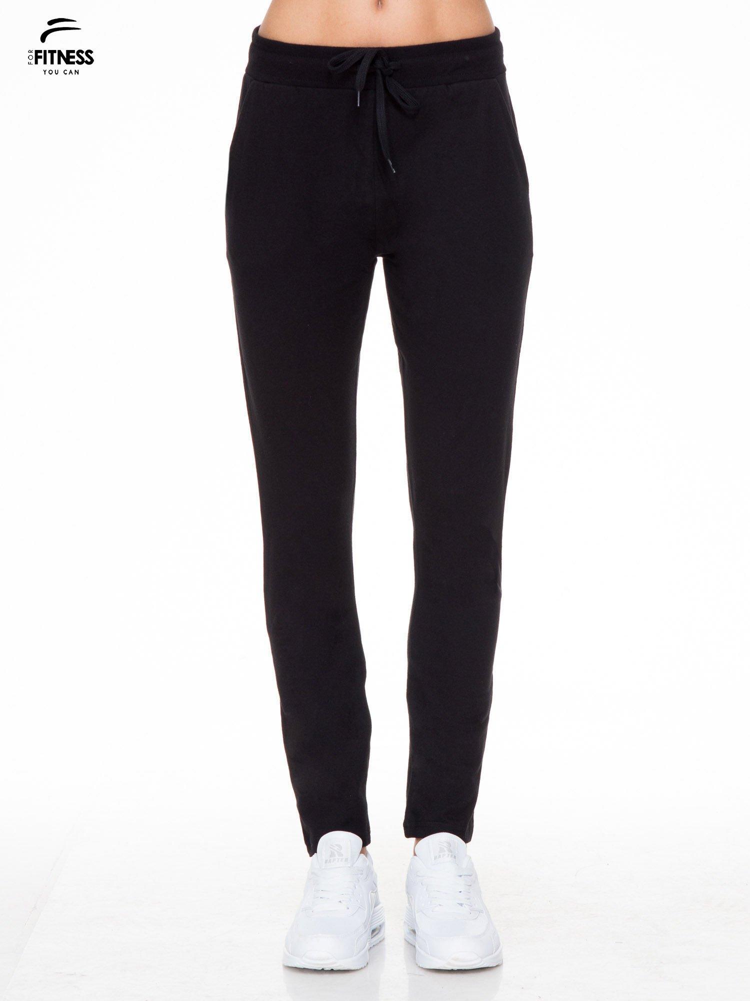 Klasyczne czarne spodnie dresowe wiązane w pasie                                  zdj.                                  1