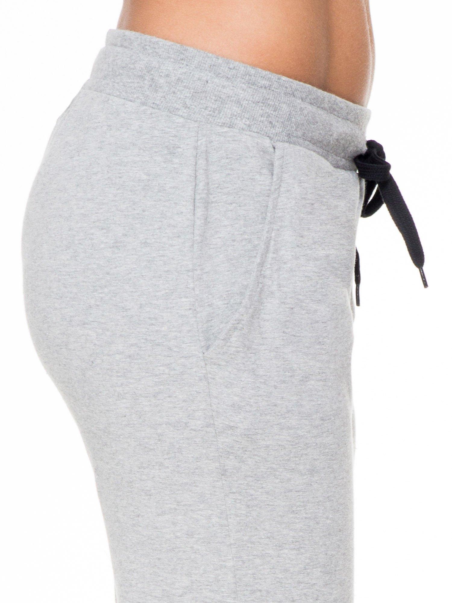 Klasyczne szare spodnie dresowe wiązane w pasie                                  zdj.                                  5