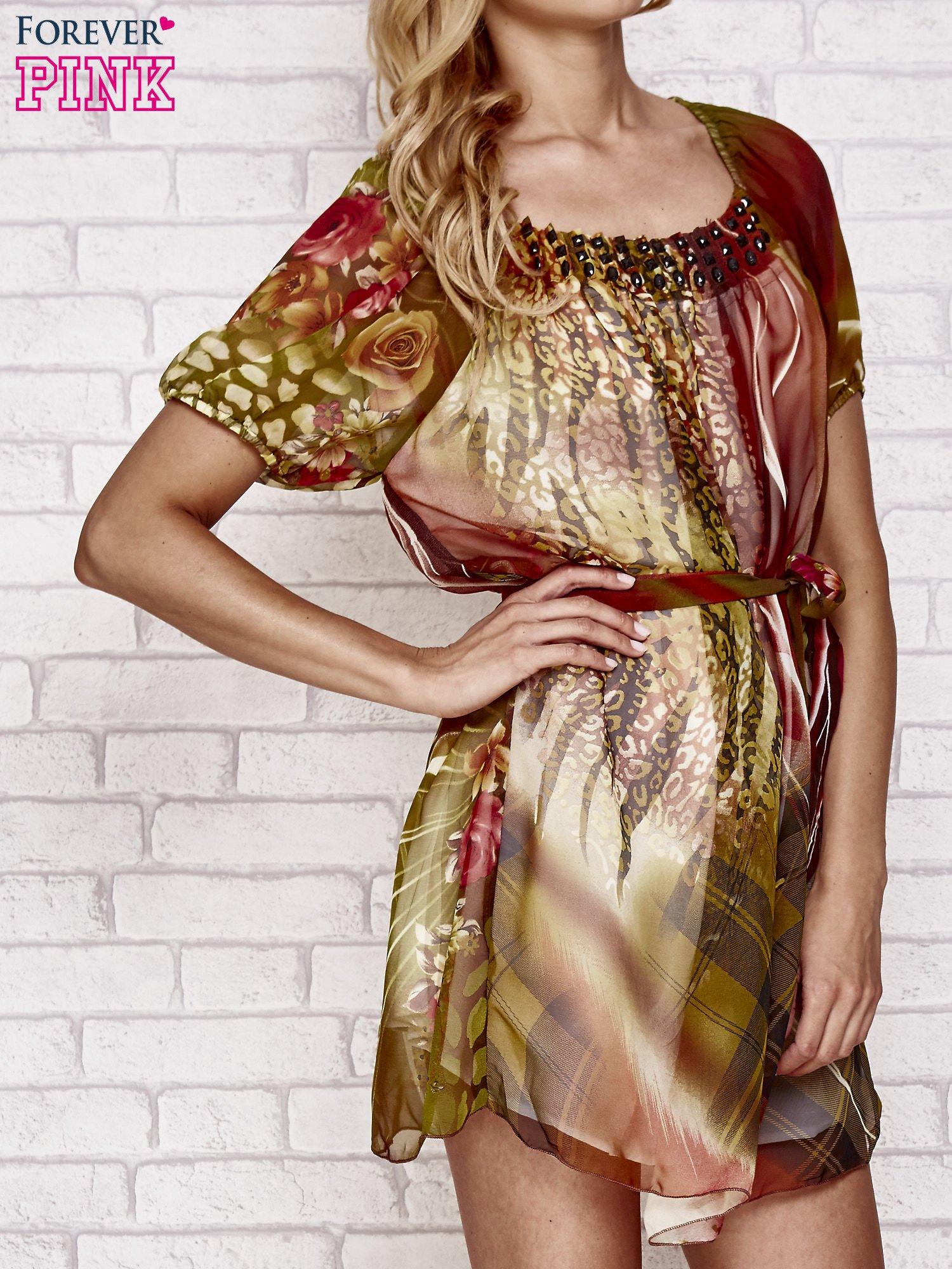 Kolorowa sukienka mgiełka z paskiem i aplikacją                                  zdj.                                  3