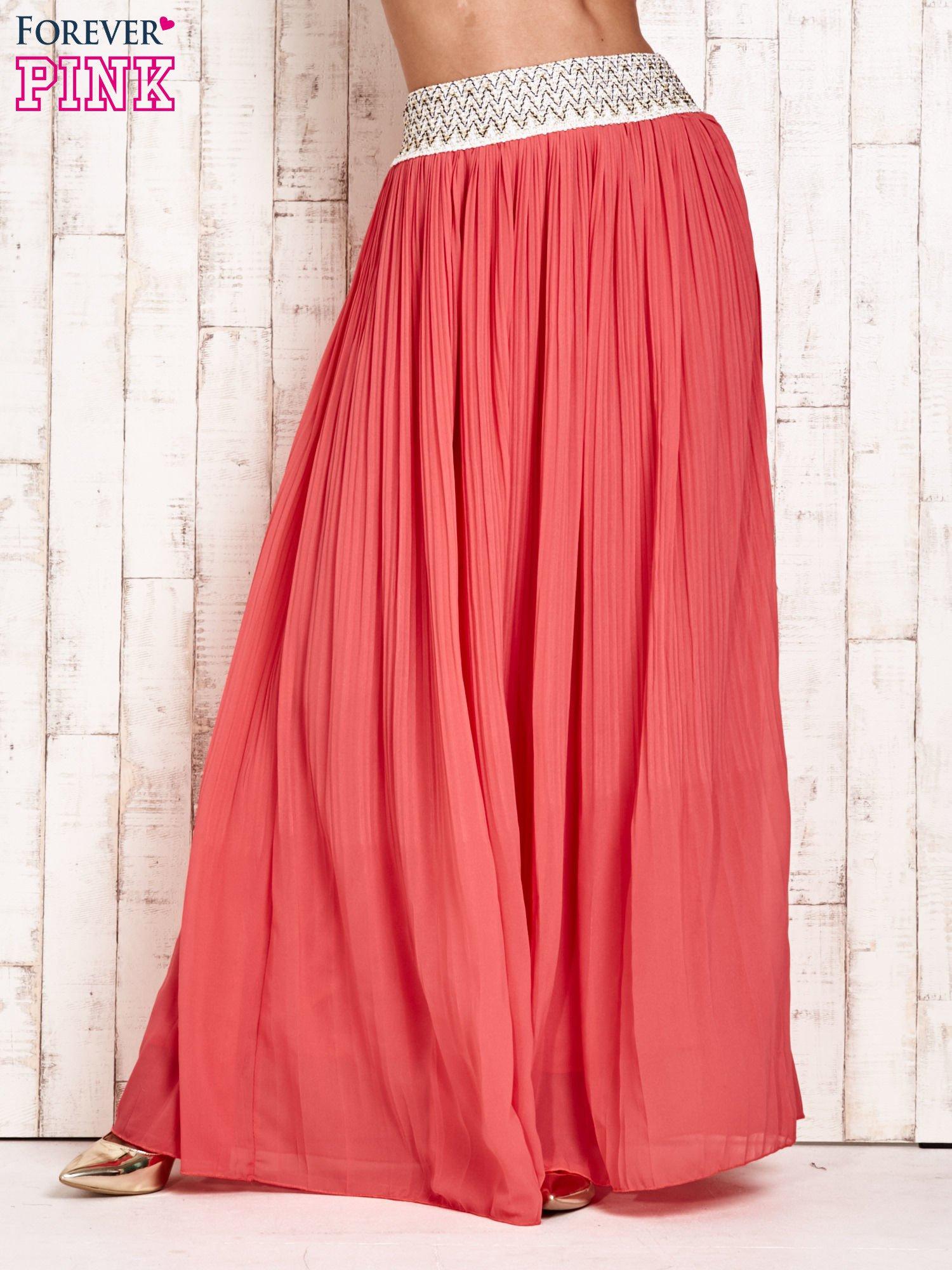 Koralowa plisowana spódnica maxi z pasem przeszywanym metaliczną nicią                                  zdj.                                  5