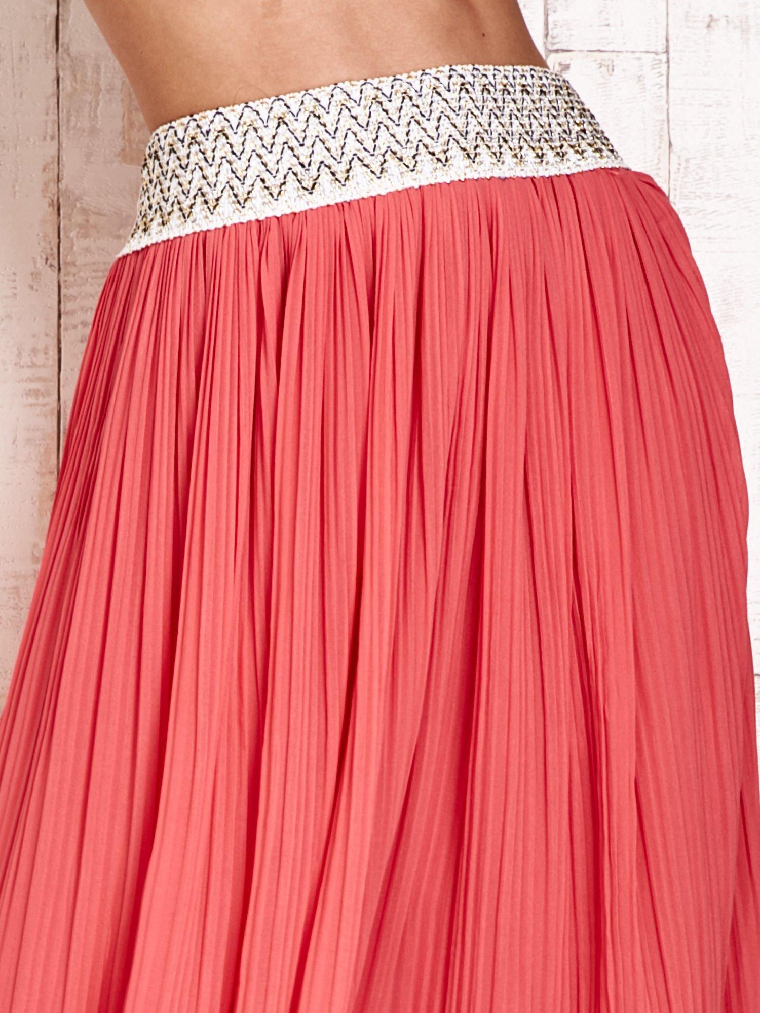 Koralowa plisowana spódnica maxi z pasem przeszywanym metaliczną nicią                                  zdj.                                  4