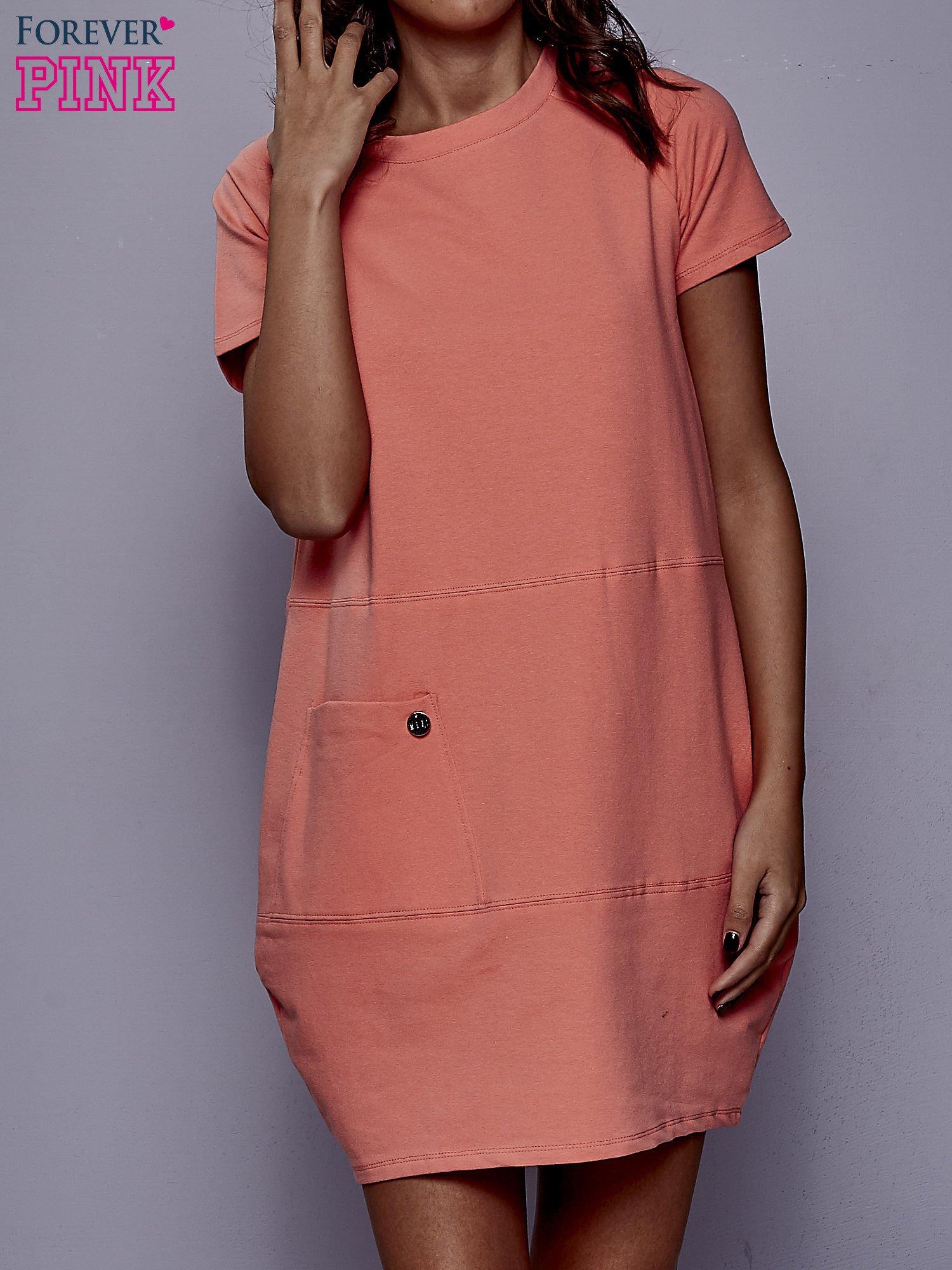 Koralowa sukienka dresowa z kieszenią z boku                                  zdj.                                  1