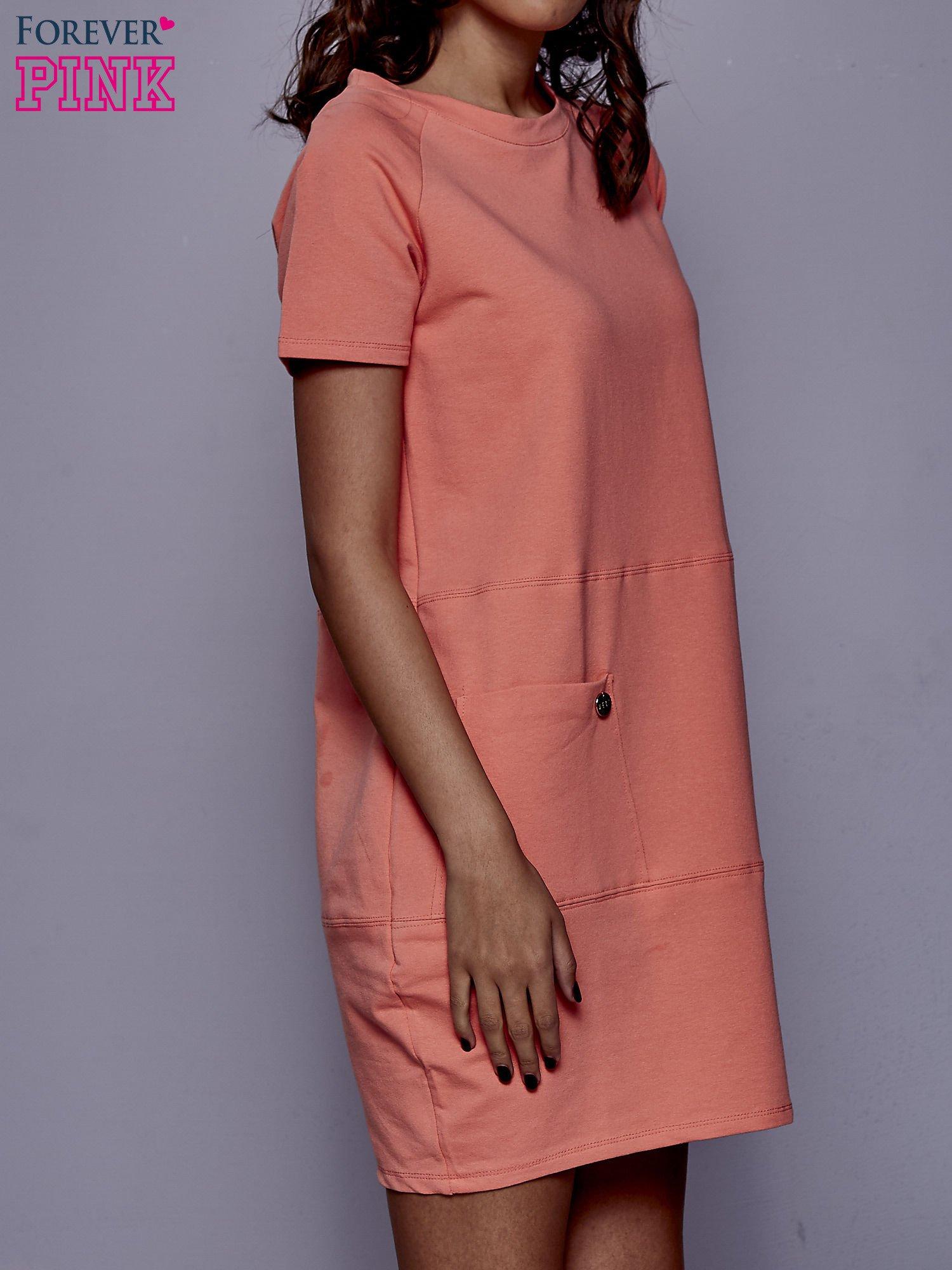 Koralowa sukienka dresowa z kieszenią z boku                                  zdj.                                  3