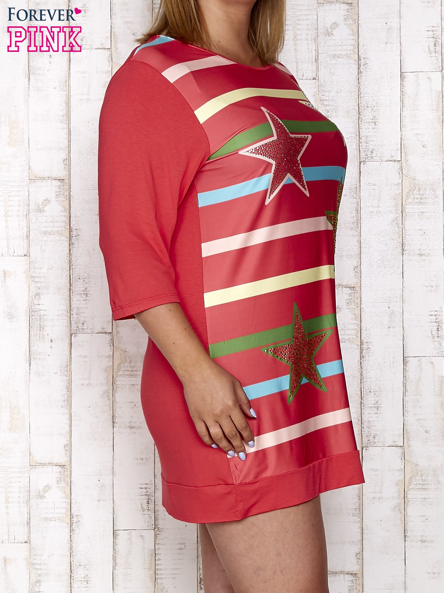 Koralowa sukienka dresowa z nadrukiem gwiazd PLUS SIZE                                  zdj.                                  3