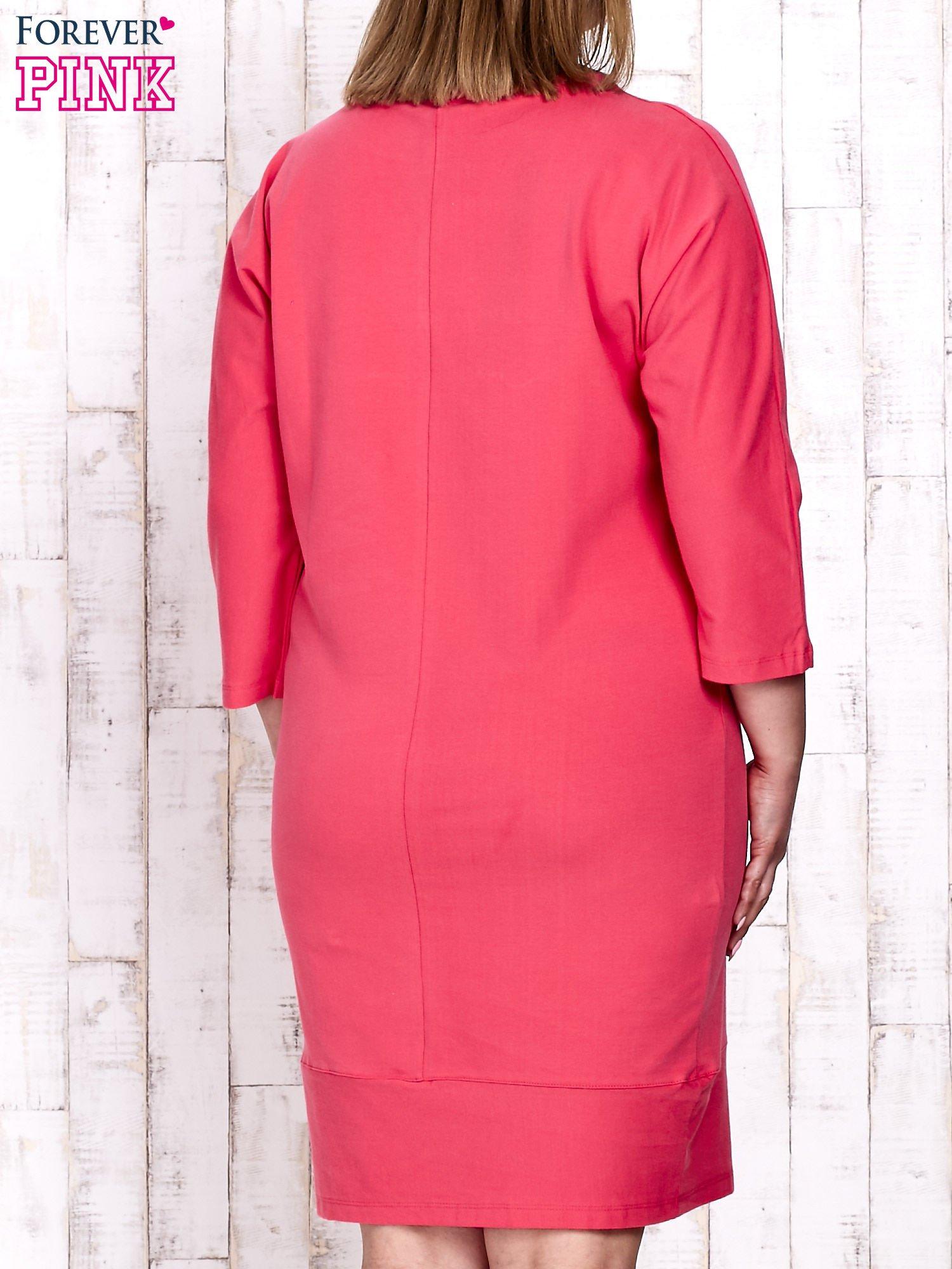 Koralowa sukienka dresowa z sercem z dżetów PLUS SIZE                                  zdj.                                  4