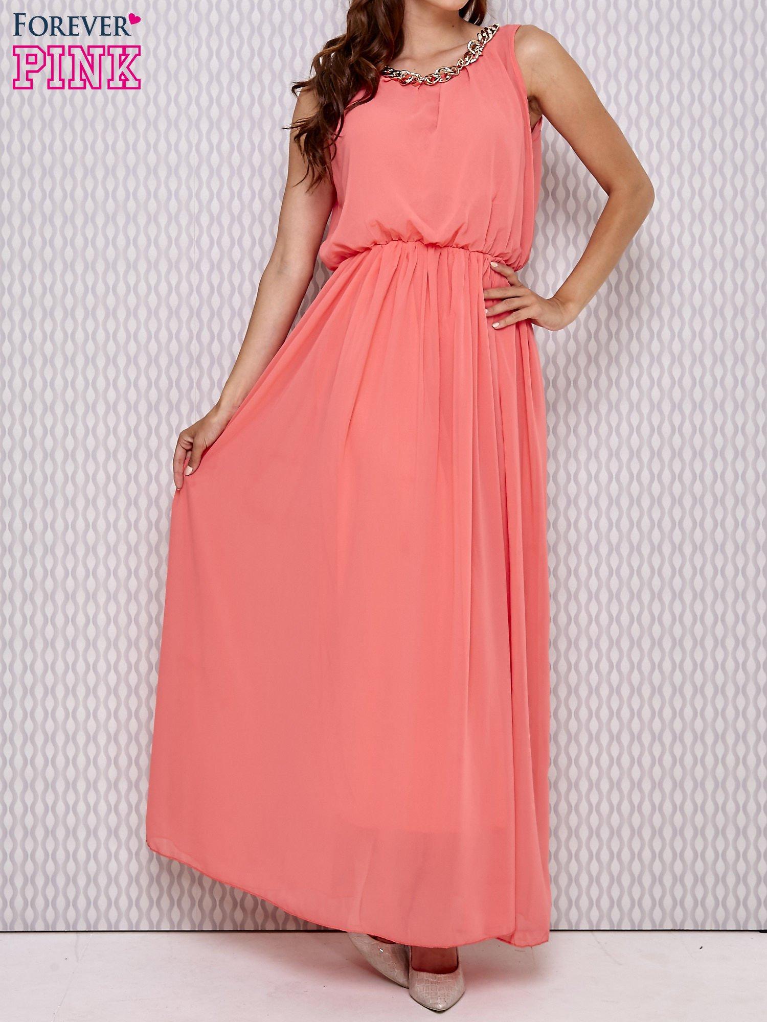 Koralowa sukienka maxi z łańcuchem przy dekolcie                                  zdj.                                  1