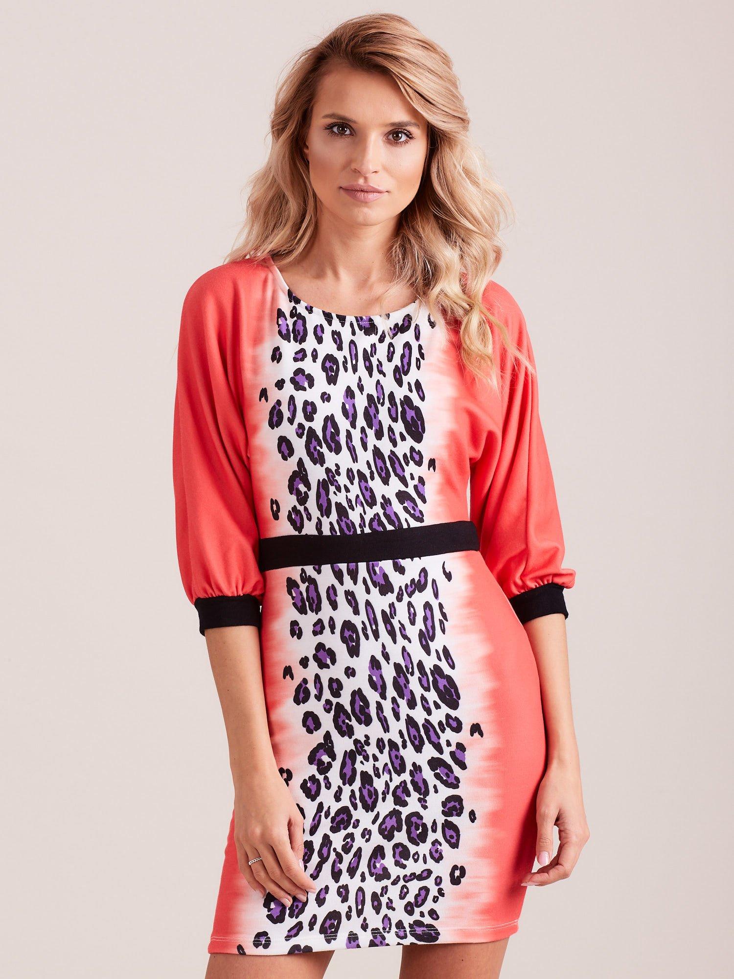 Koralowa sukienka z motywem panterki i czarnym paskiem                                  zdj.                                  4