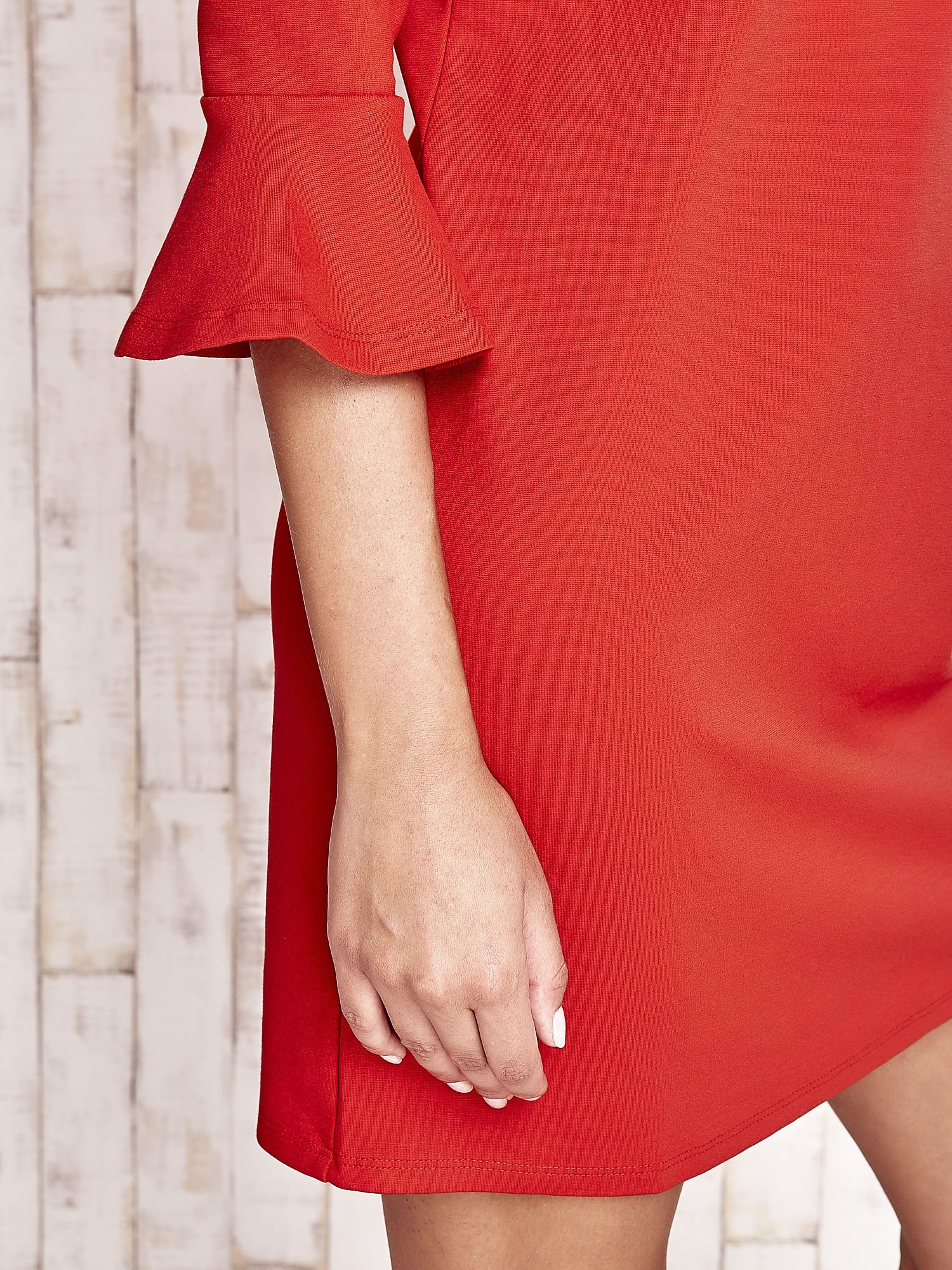 Koralowa sukienka ze stójką i rękawami z falbanką                                  zdj.                                  6