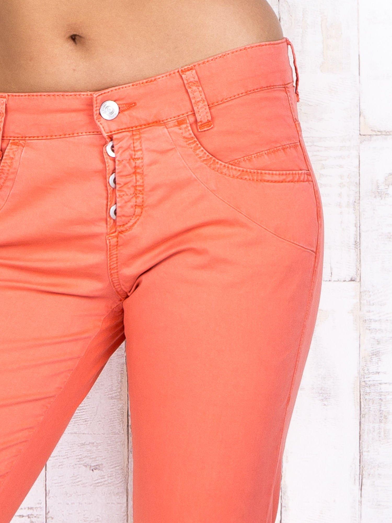 Koralowe materiałowe spodnie regular na guziki                                  zdj.                                  4