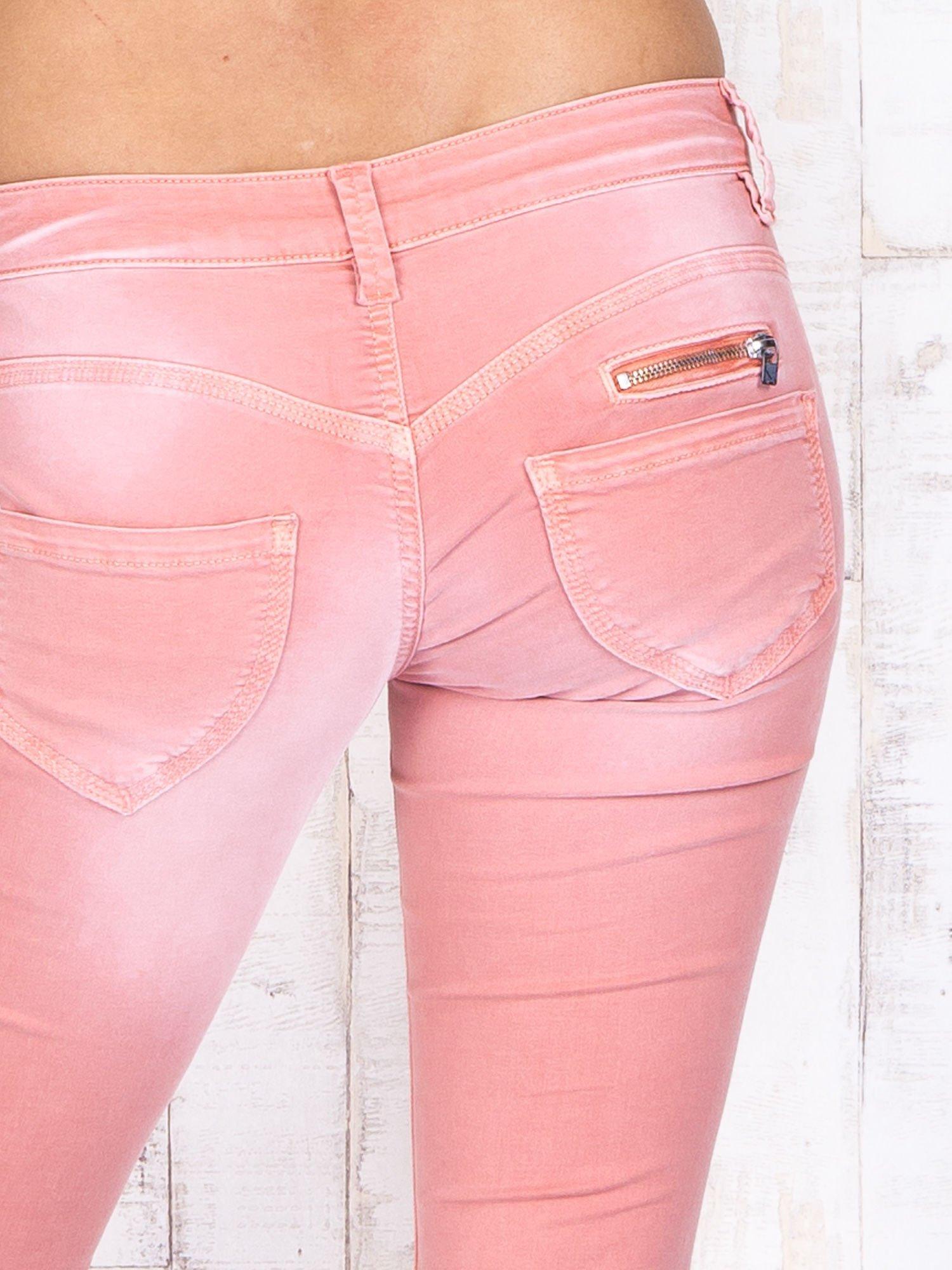 Koralowe materiałowe spodnie skinny z zasuwanymi kieszonkami                                  zdj.                                  5