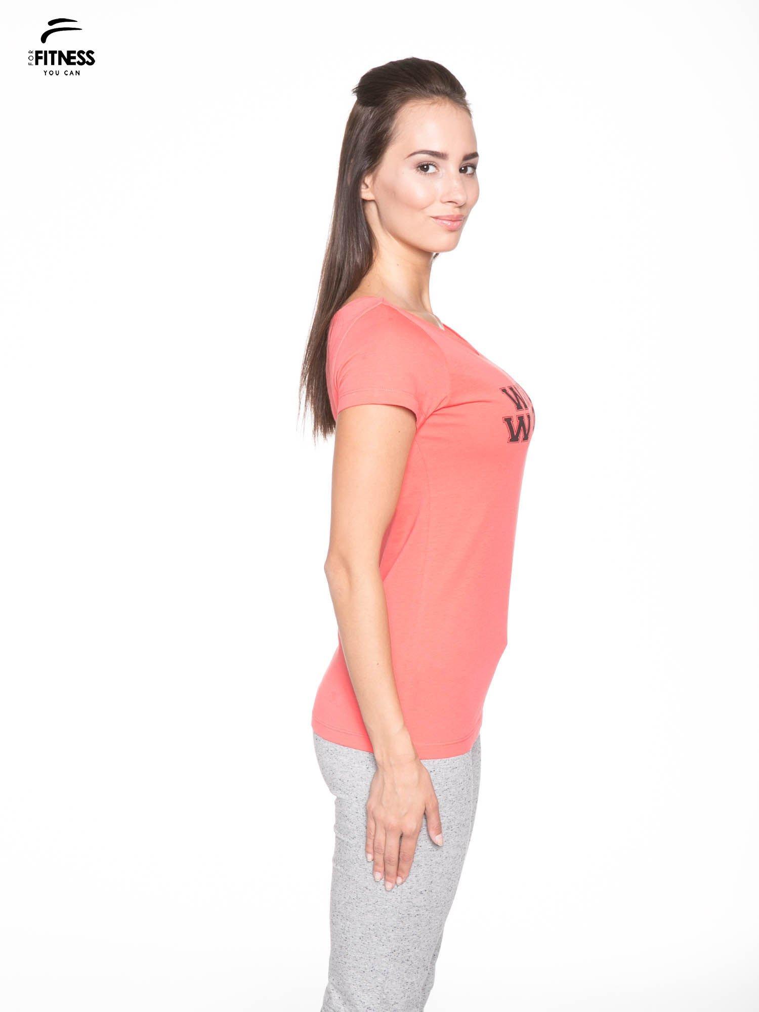 Koralowy bawełniany t-shirt z nadrukiem tekstowym WAKE UP WORK OUT                                  zdj.                                  3