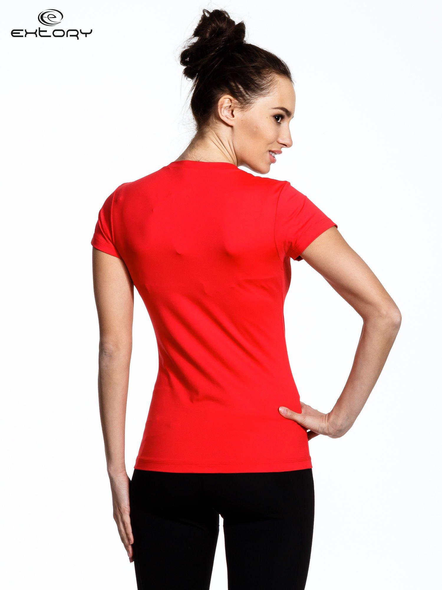 Koralowy modelujący damski t-shirt sportowy                                   zdj.                                  2