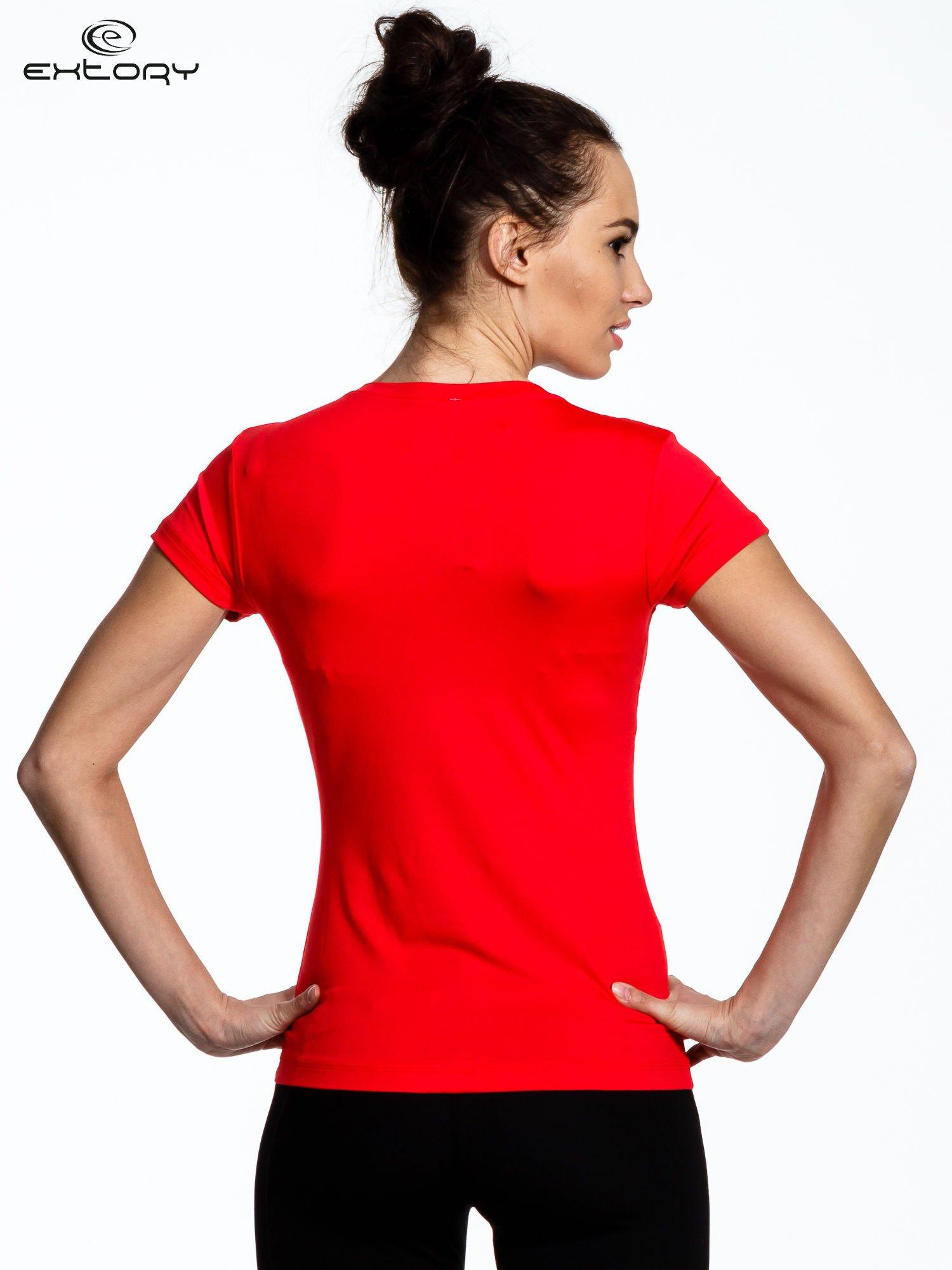 Koralowy t-shirt sportowy termoaktywny z dekoltem V                                  zdj.                                  3