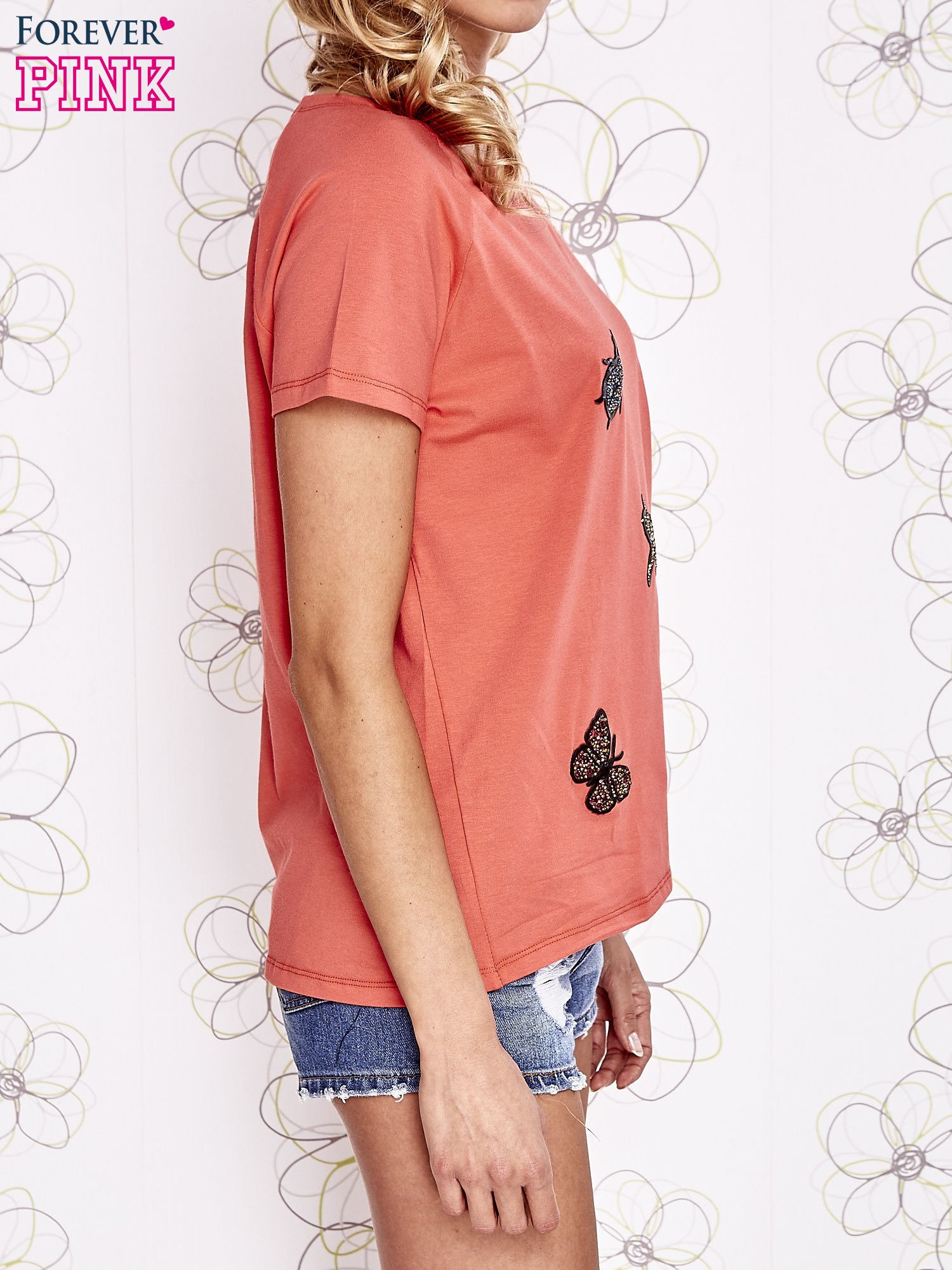 Koralowy t-shirt z aplikacją owadów                                   zdj.                                  4