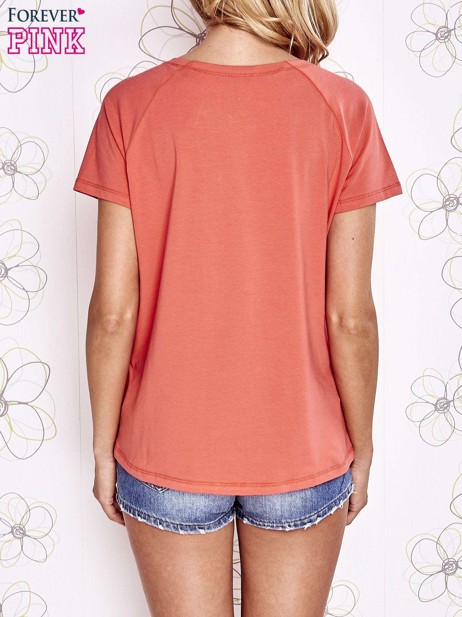 Koralowy t-shirt z aplikacją owadów                                   zdj.                                  5