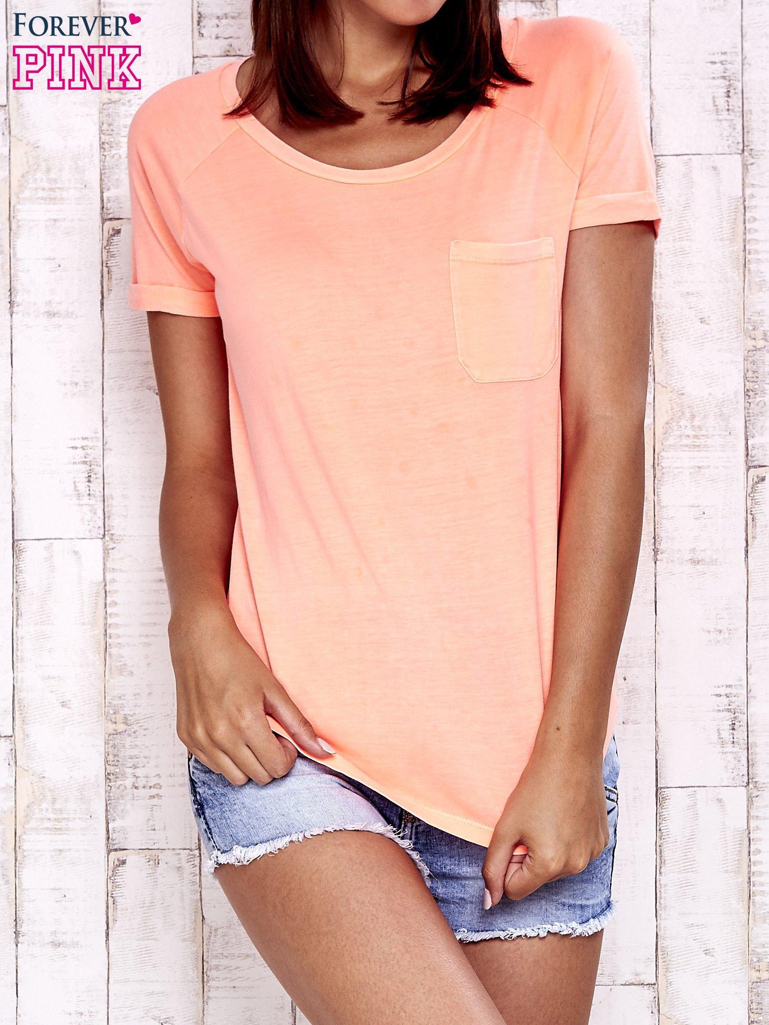 Koralowy t-shirt z kieszonką                                  zdj.                                  1