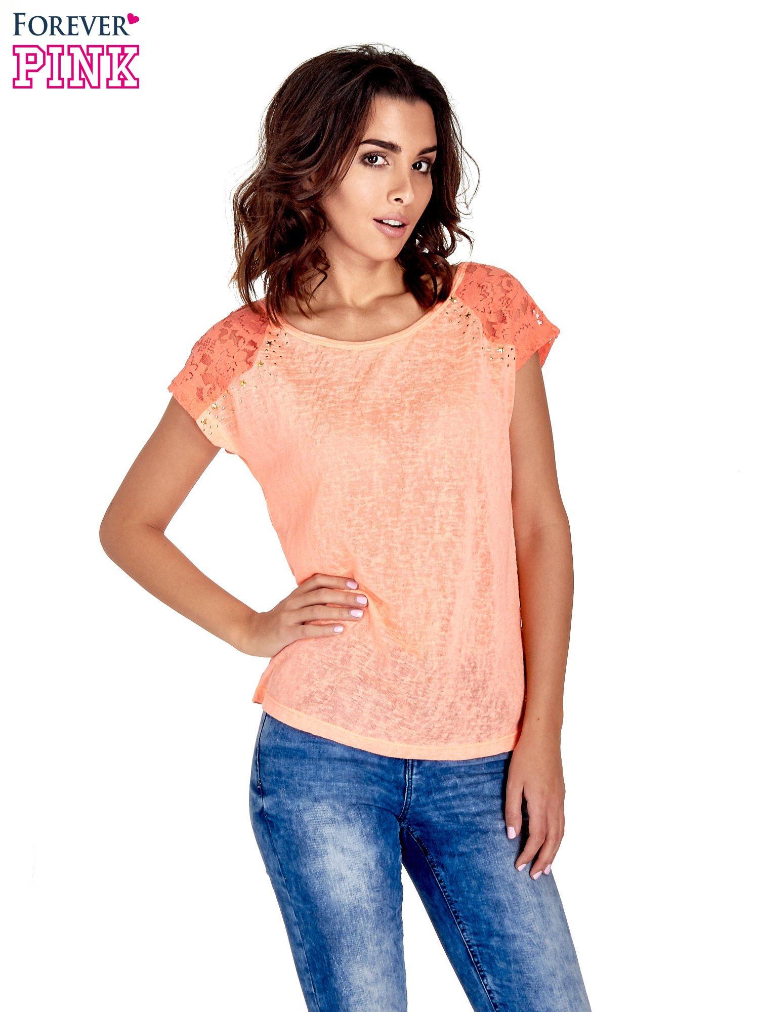 Koralowy t-shirt z koronkowymi rękawami i gwiazdkami                                  zdj.                                  1