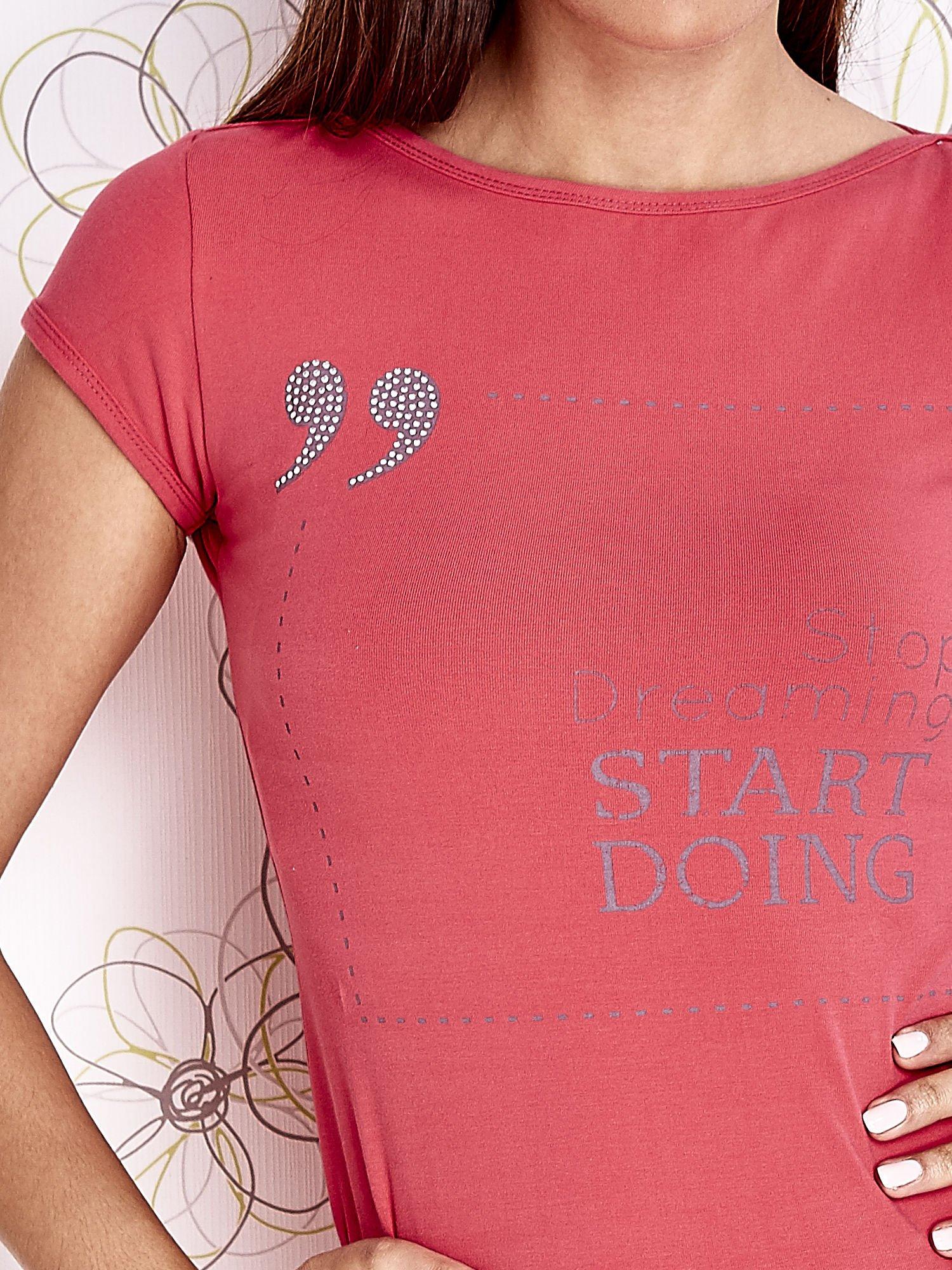 Koralowy t-shirt z napisem STOP DREAMING START DOING                                  zdj.                                  5