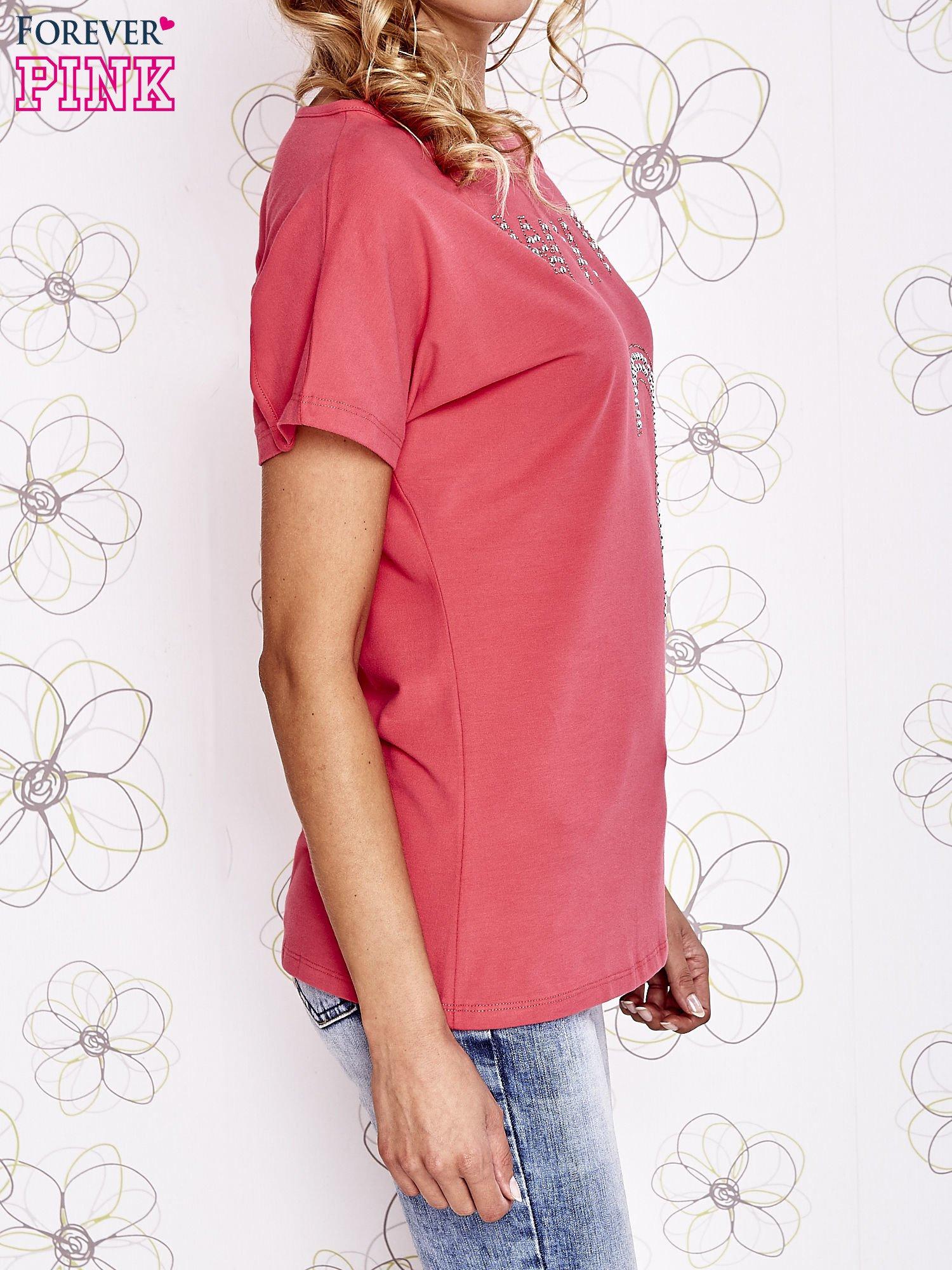 Koralowy t-shirt z napisem i trójkątnym wycięciem na plecach                                  zdj.                                  3
