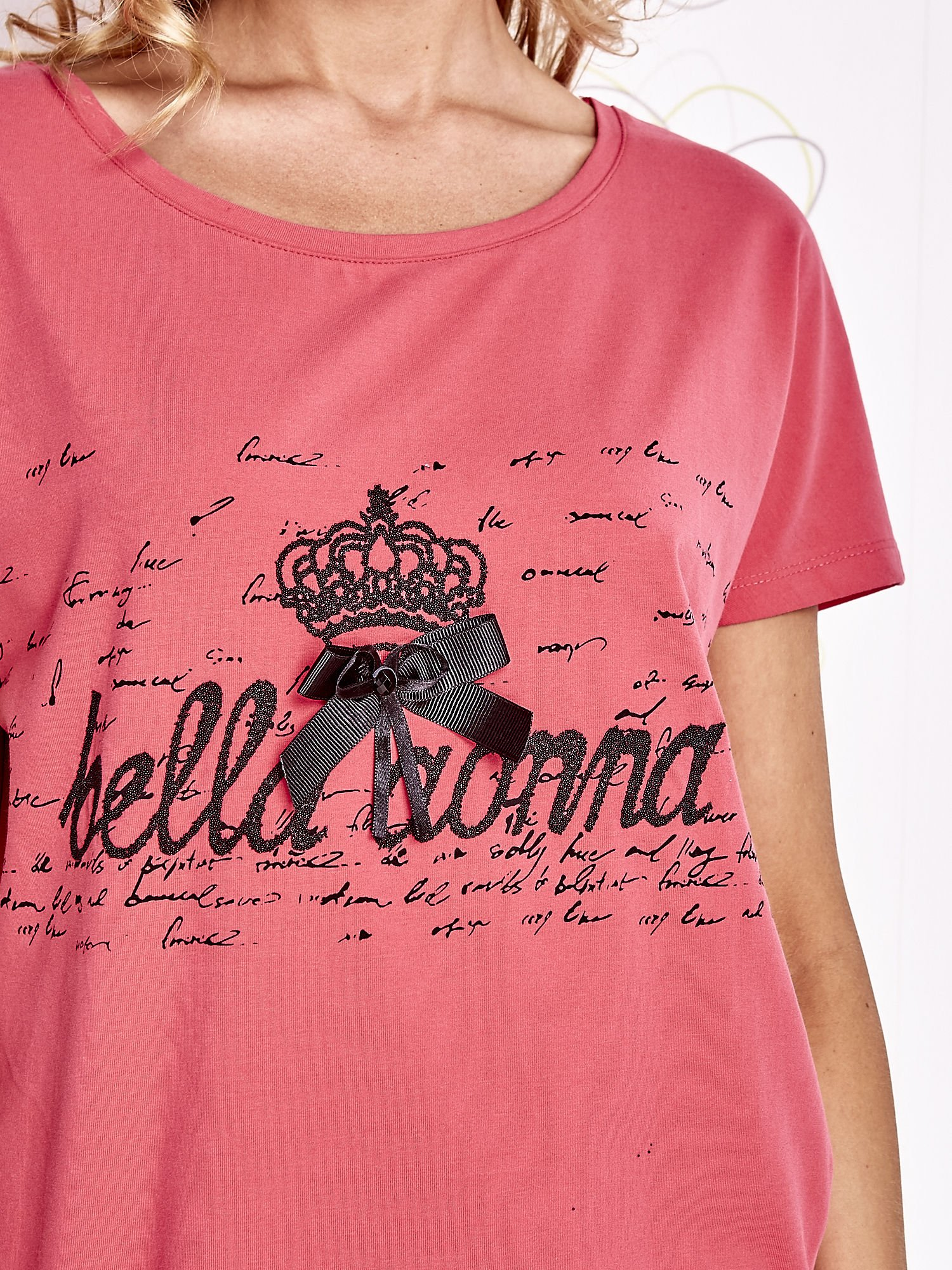 Koralowy t-shirt z ozdobnym napisem i kokardą                                  zdj.                                  5
