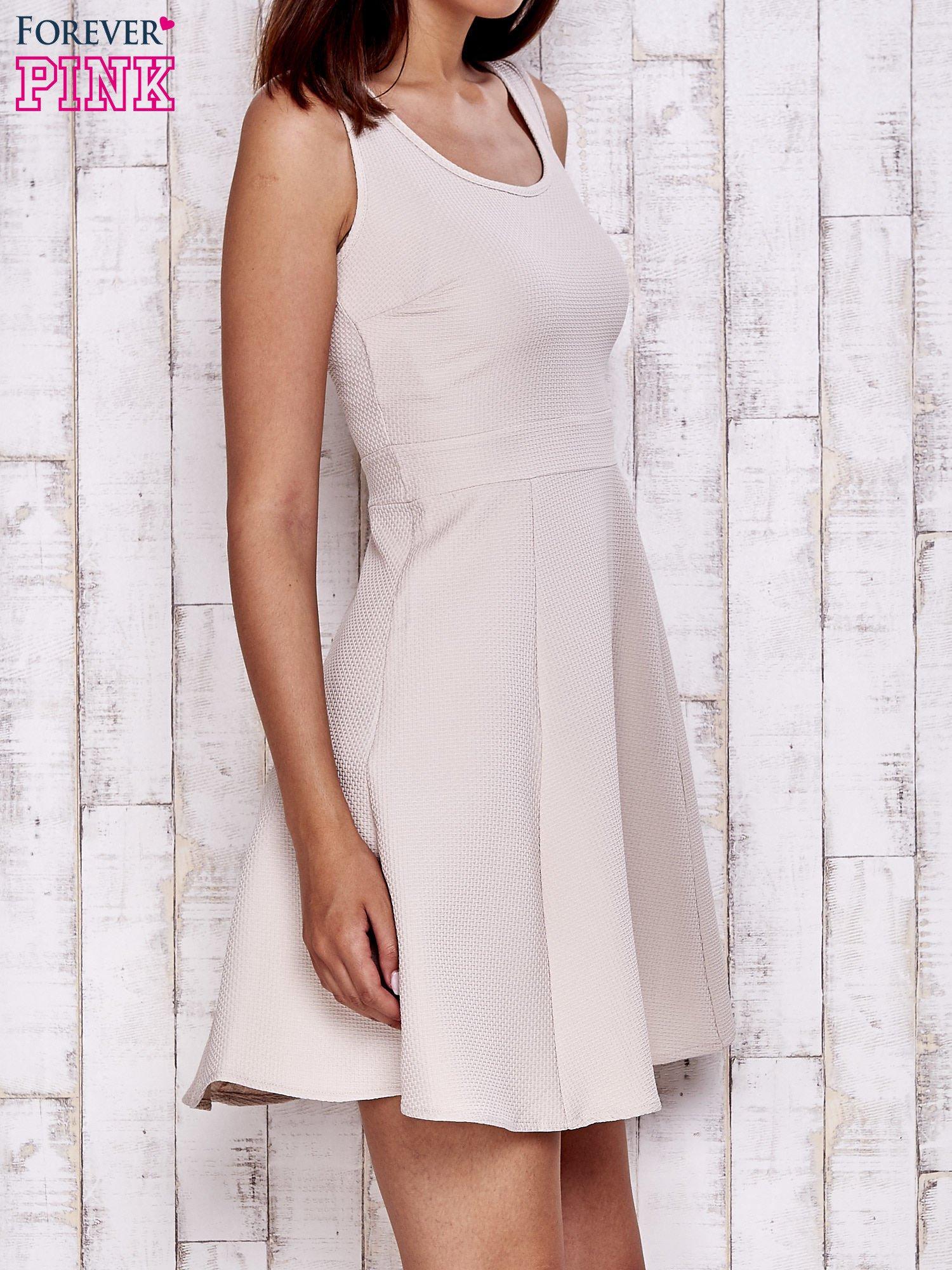 Kremowa fakturowana rozkloszowana sukienka                                  zdj.                                  3