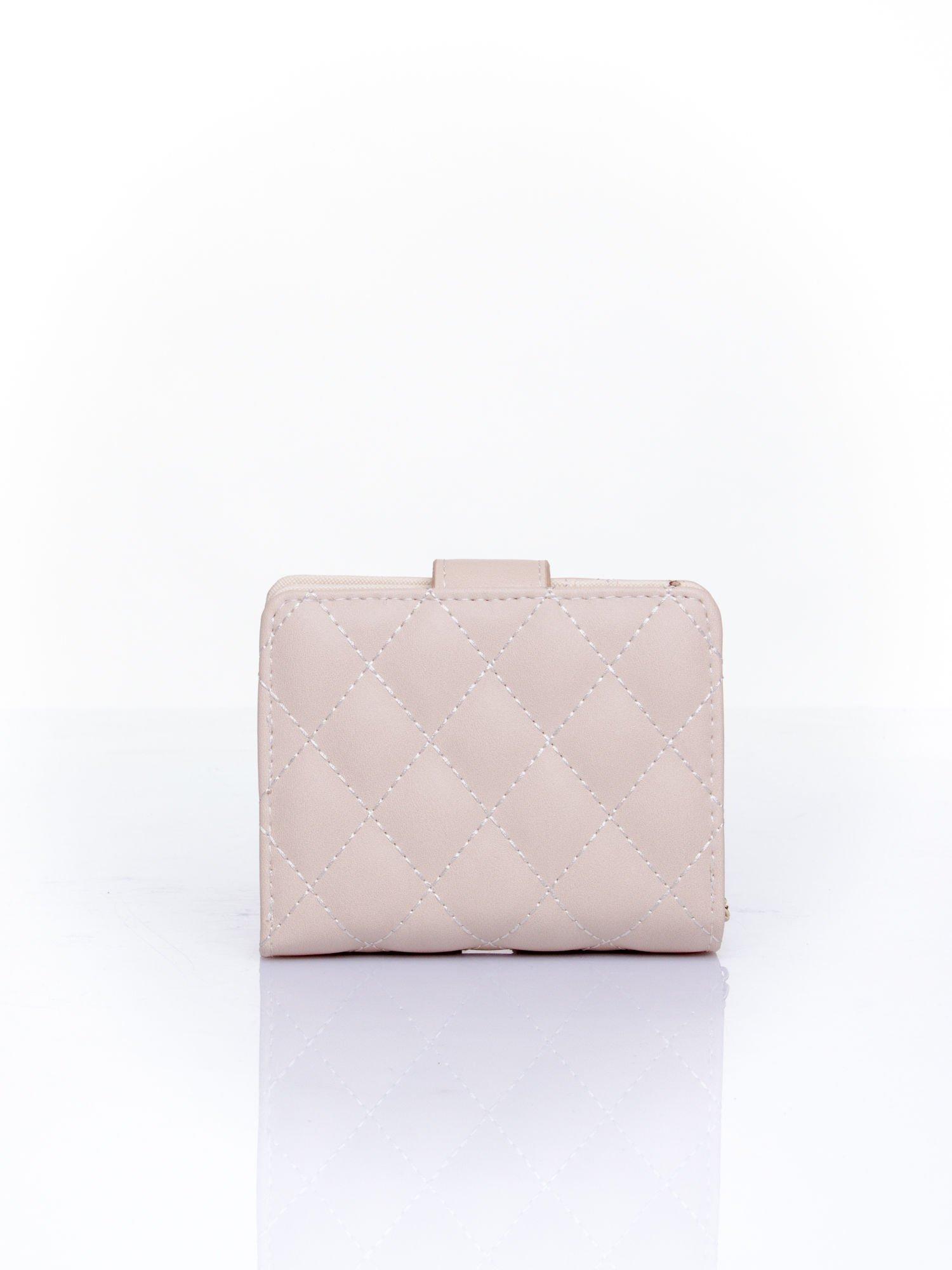 Kremowy pikowany portfel z ozdobnym zapięciem                                  zdj.                                  2