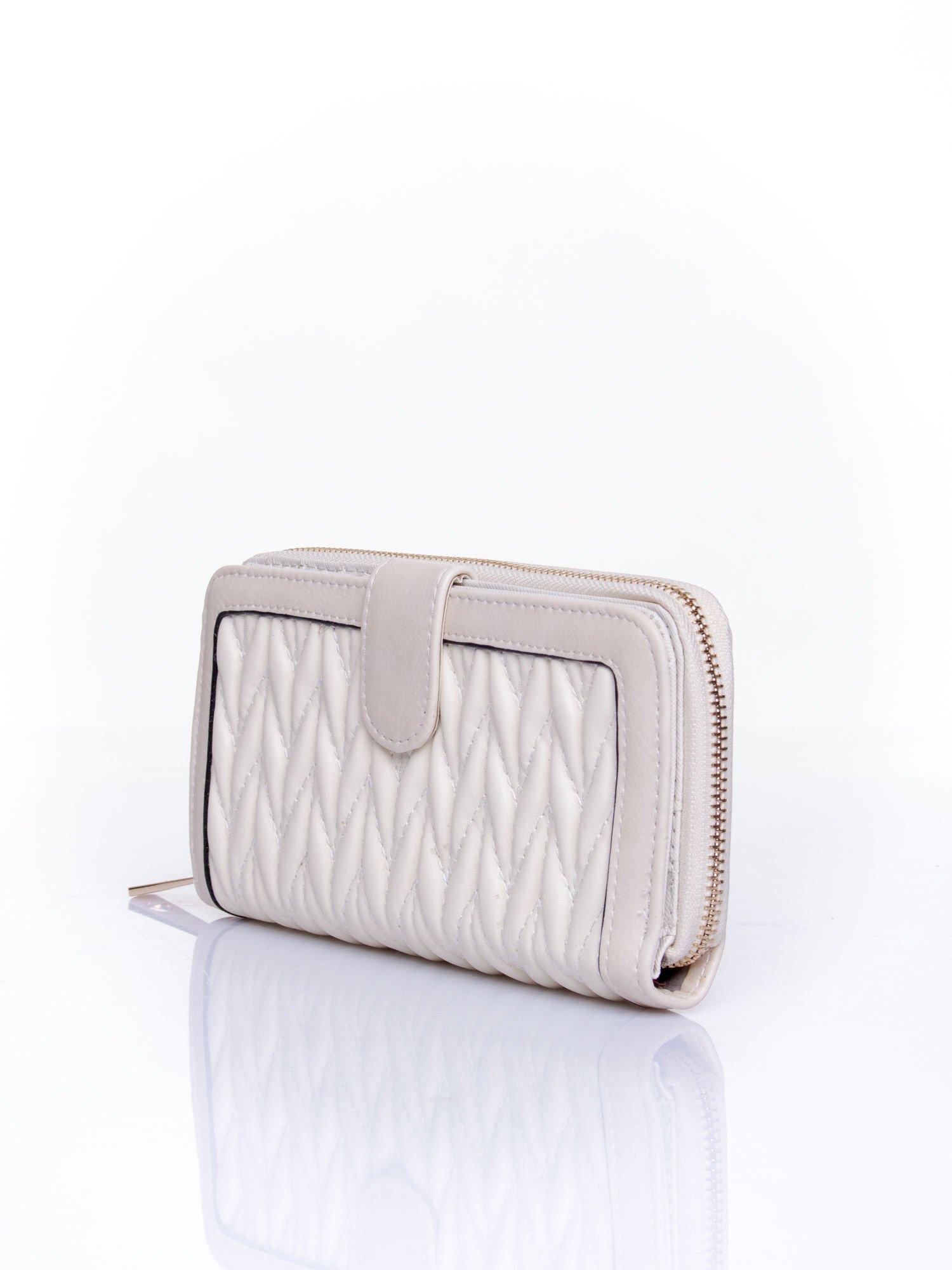 Kremowy pikowany portfel ze złotym suwakiem                                  zdj.                                  3