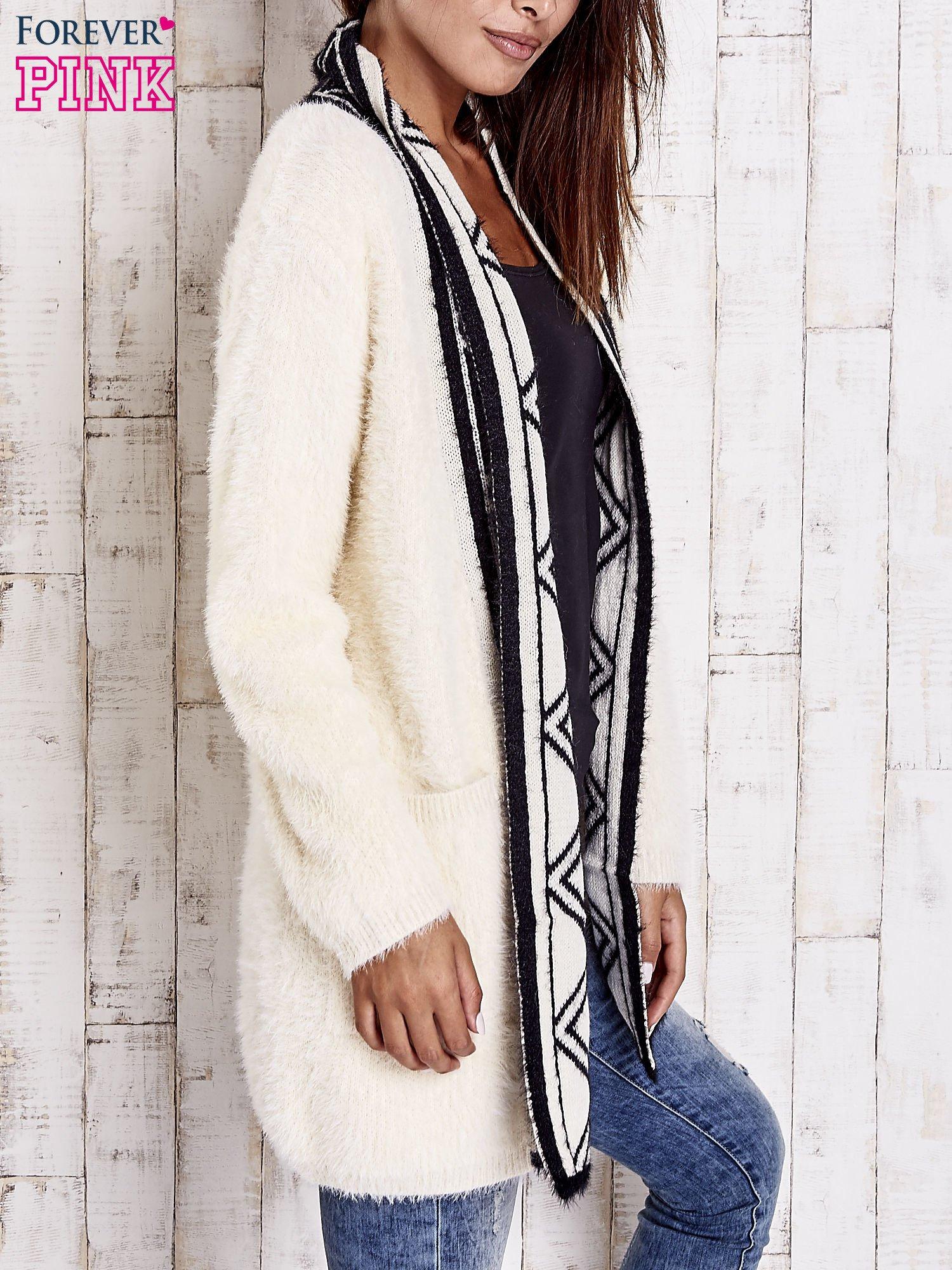 Kremowy puszysty sweter z geometrycznym wykończeniem                                  zdj.                                  3