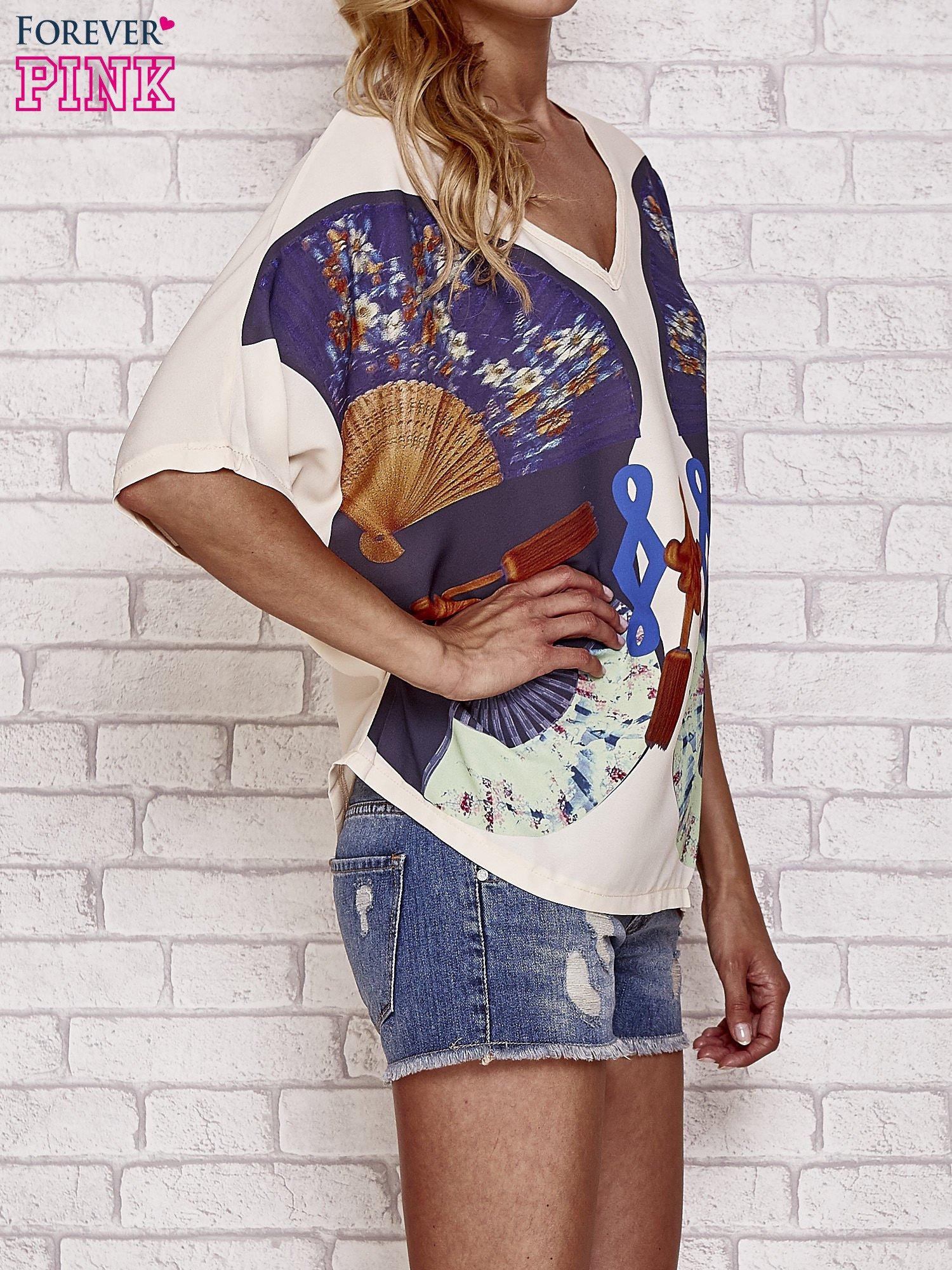 Kremowy t-shirt z nadrukiem orientalnym                                  zdj.                                  3