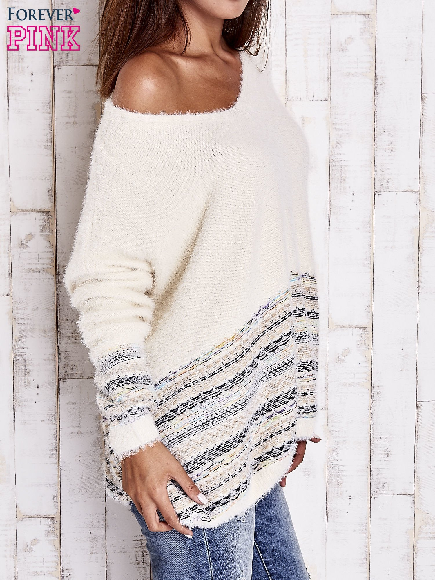 Kremowy włochaty sweter oversize z kolorową nitką                                   zdj.                                  4