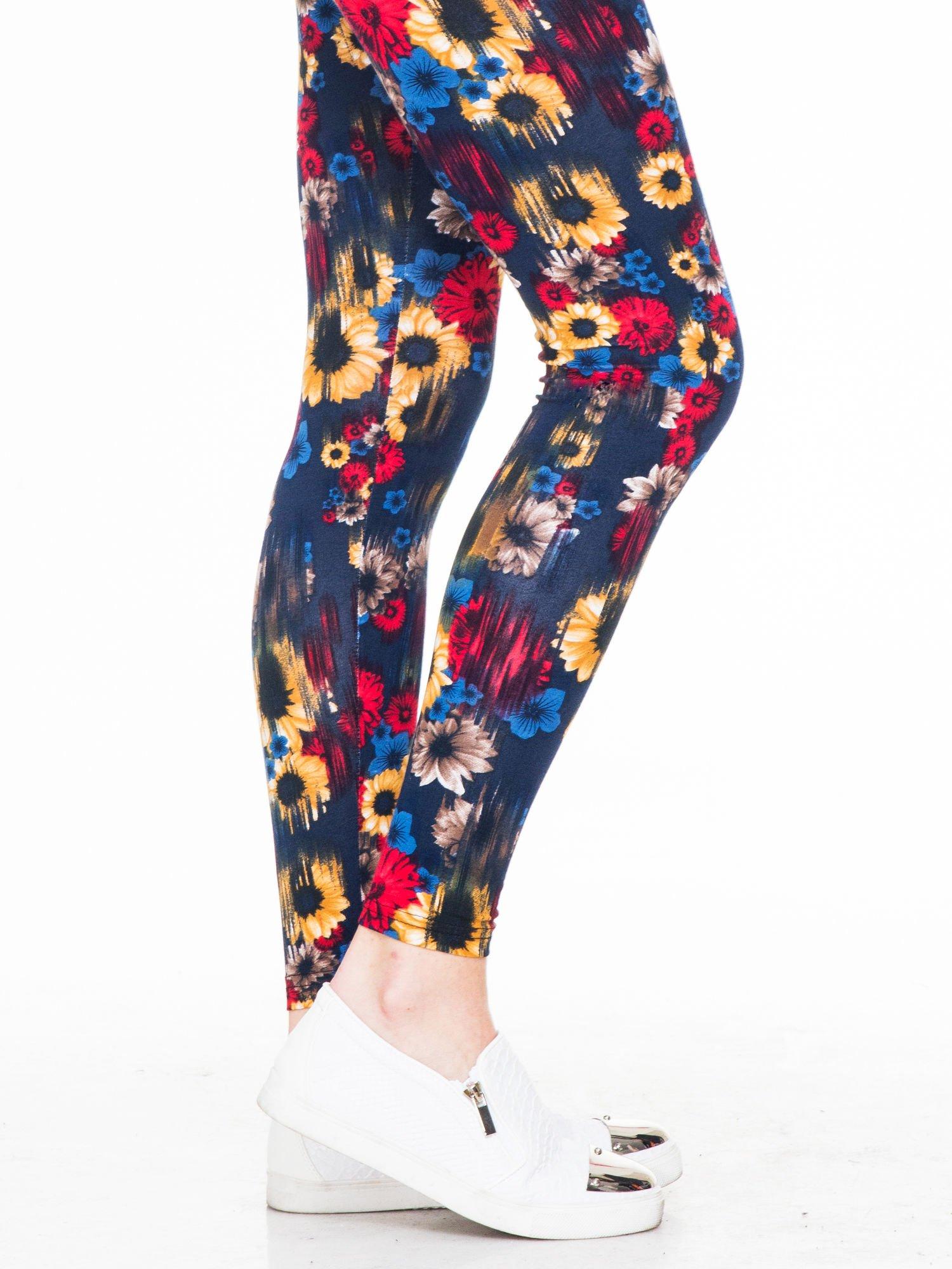 Kwiatowe legginsy w kolorze czerwonym                                  zdj.                                  5