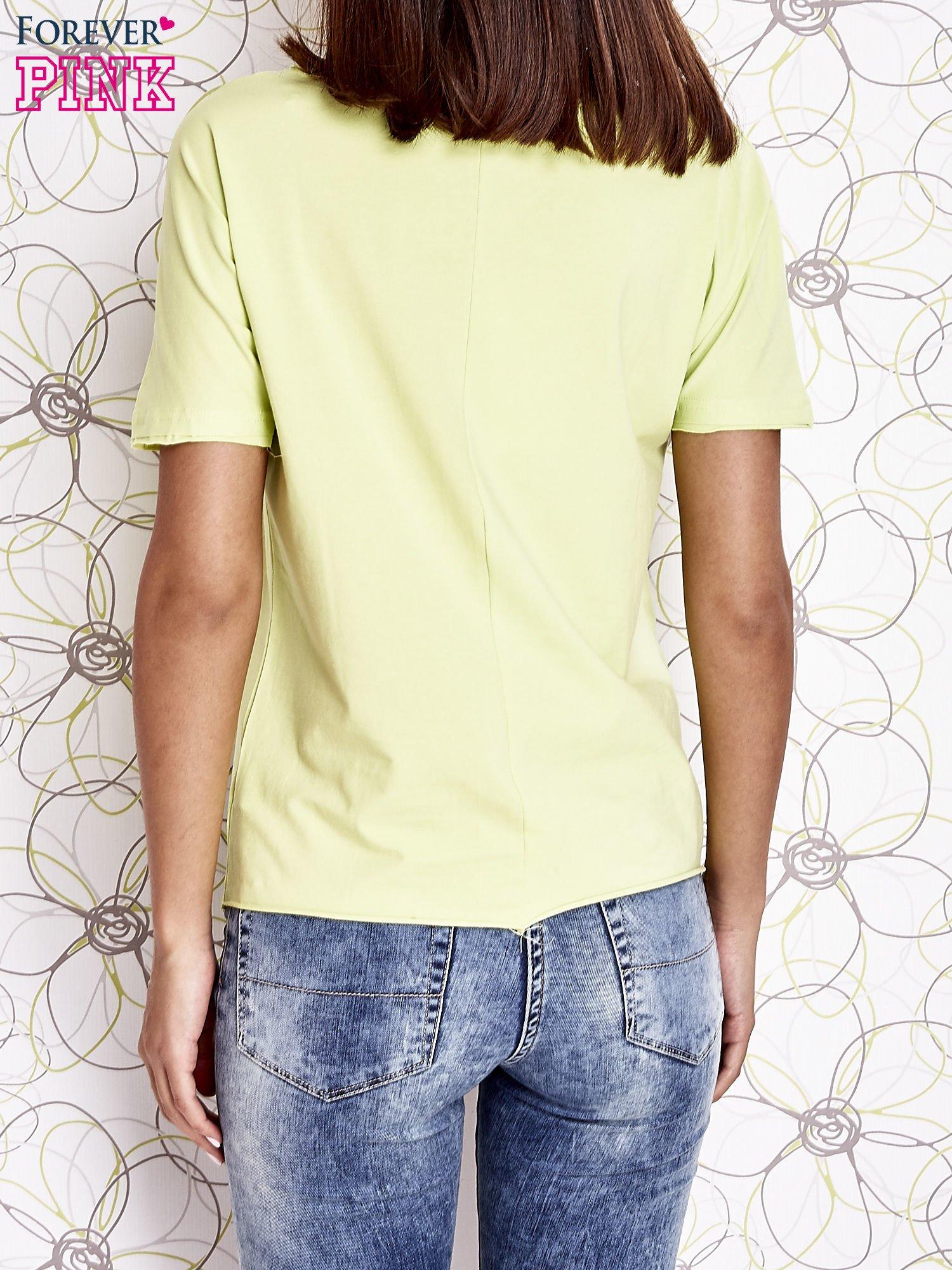 Limonkowy t-shirt z ukośną kieszenią i dżetami                                  zdj.                                  6