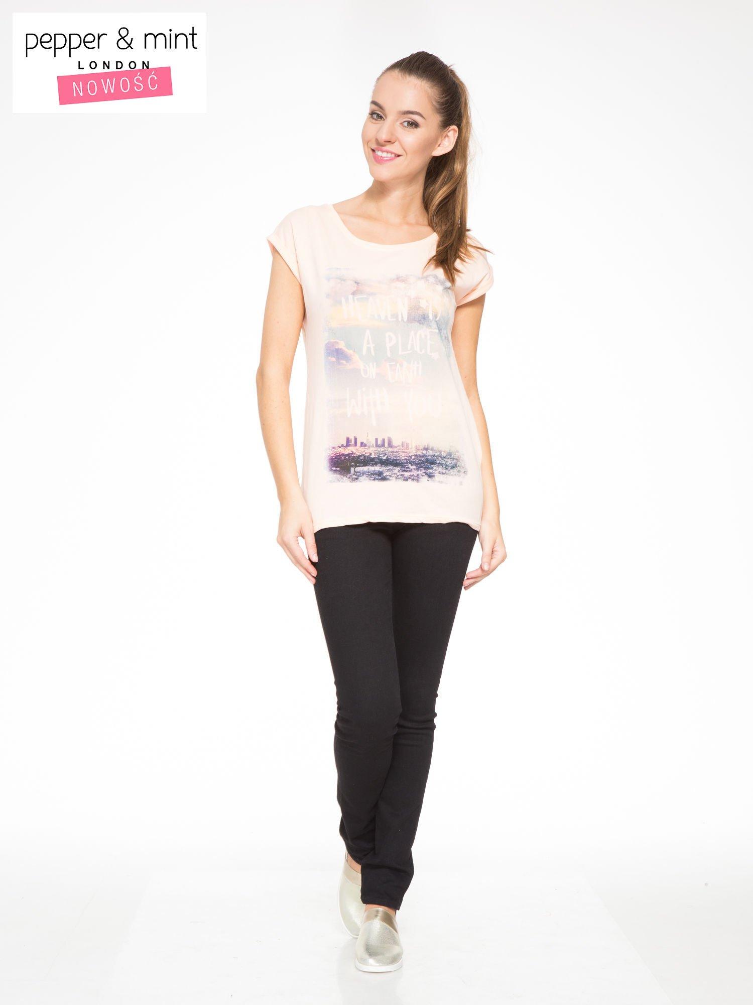 Łososiowy t-shirt z napisem HEAVEN IS A PLACE ON EARTH WITH YOU                                  zdj.                                  4