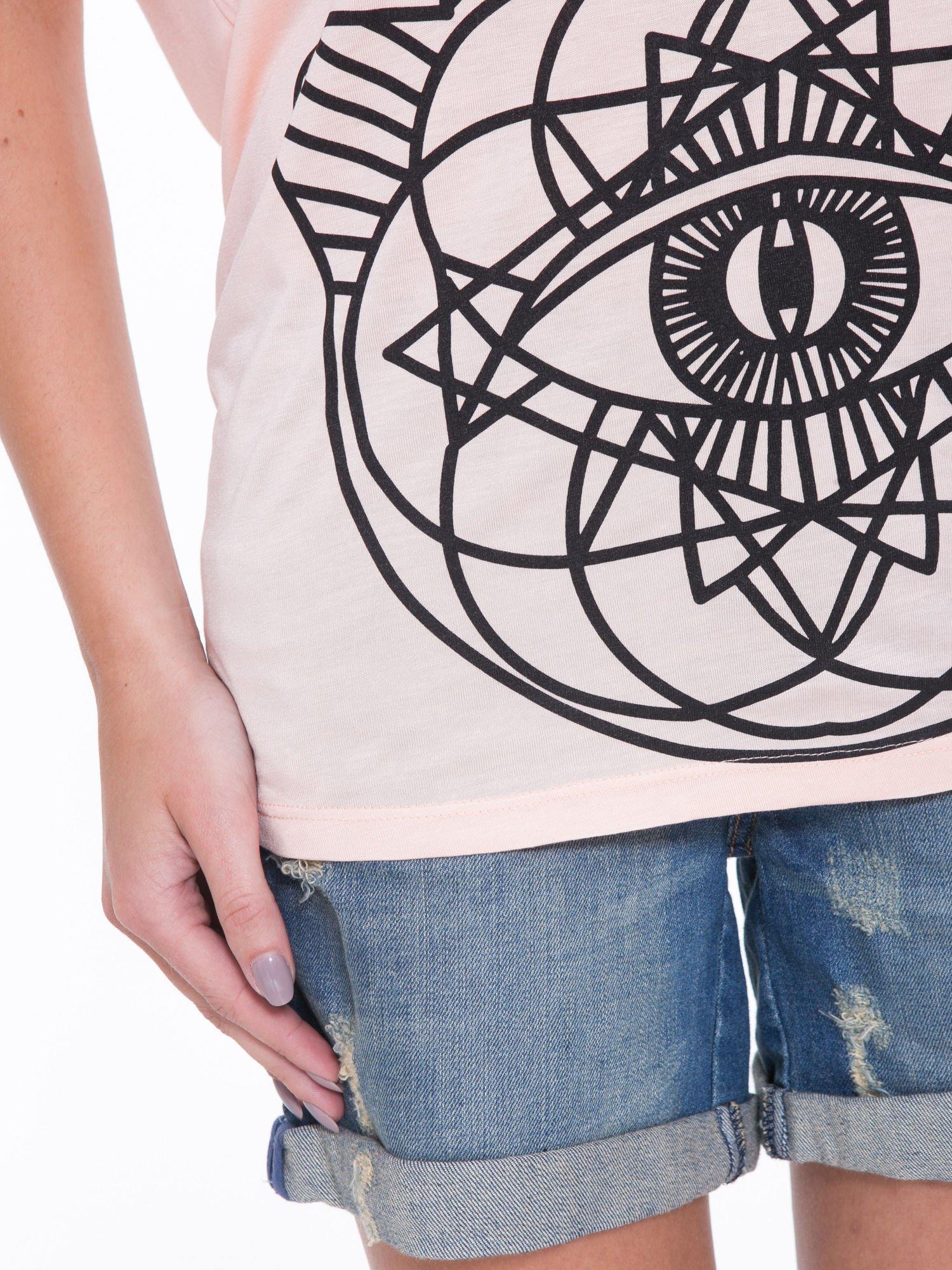 Łososiowy t-shirt z ornamentowym nadrukiem                                  zdj.                                  8