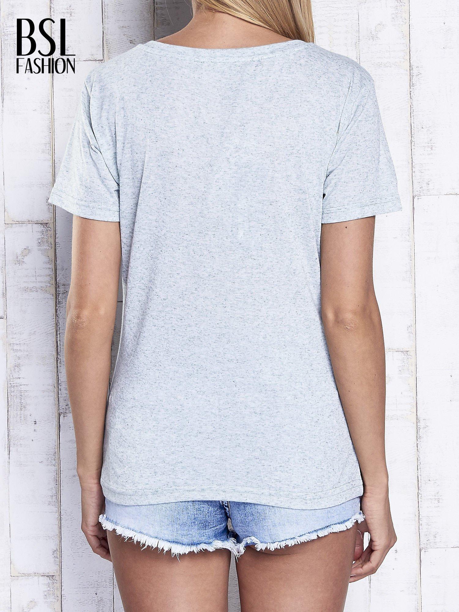 Miętowy melanżowy t-shirt z trójkątnym dekoltem