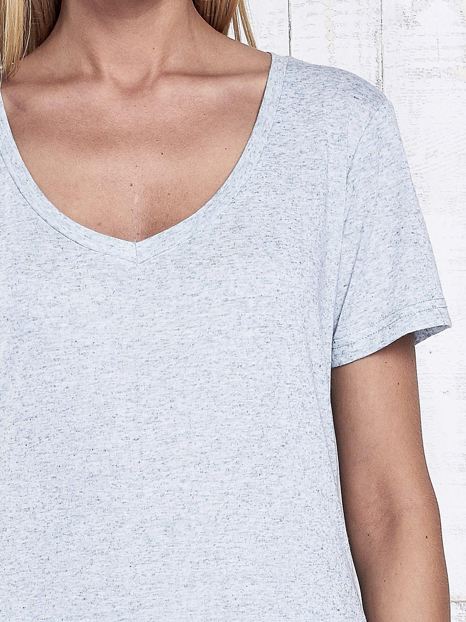 Miętowy melanżowy t-shirt z trójkątnym dekoltem                                  zdj.                                  6