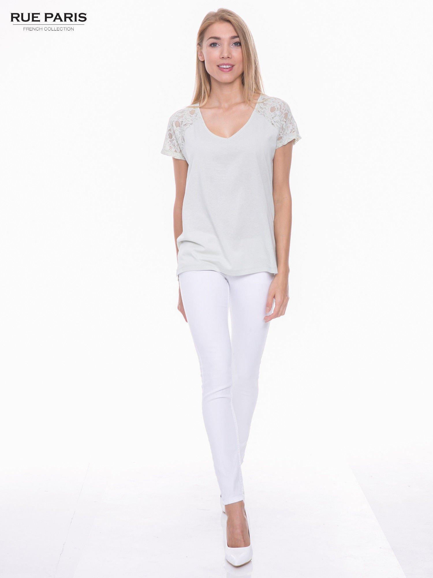 Miętowy t-shirt z koronkowymi rękawami i szyfonowym tyłem                                  zdj.                                  4
