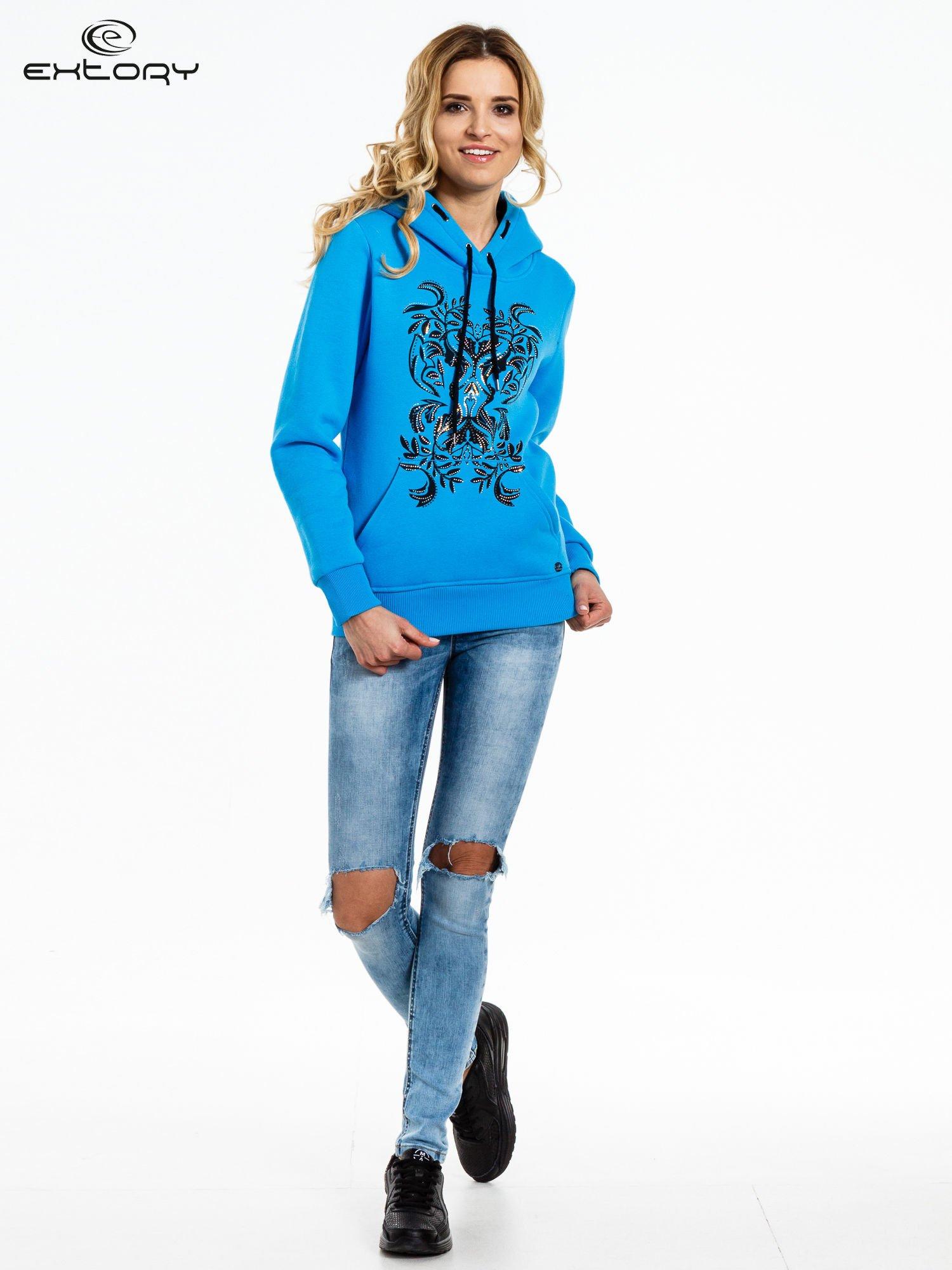 Niebieska bluza sportowa z kapturem i dżetami                                  zdj.                                  2