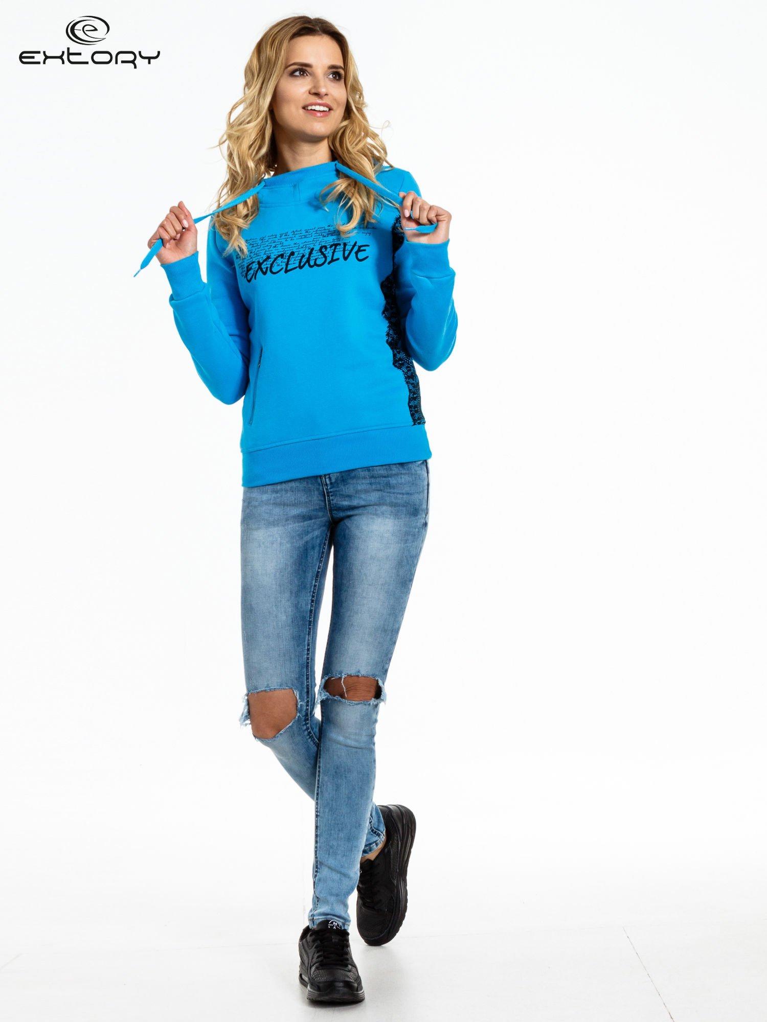 Niebieska bluza sportowa z kapturem i koronką                                  zdj.                                  2
