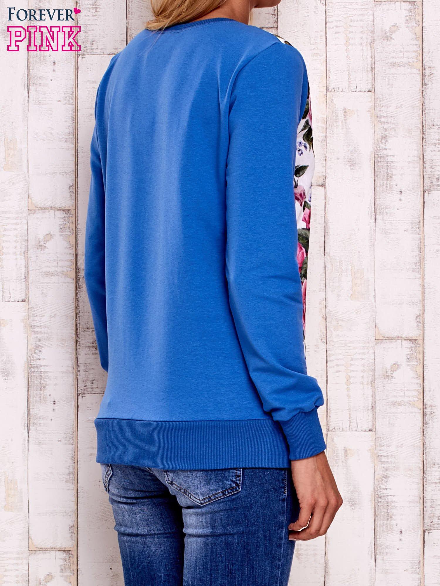 Niebieska bluza z kwiatowym nadrukiem                                  zdj.                                  4