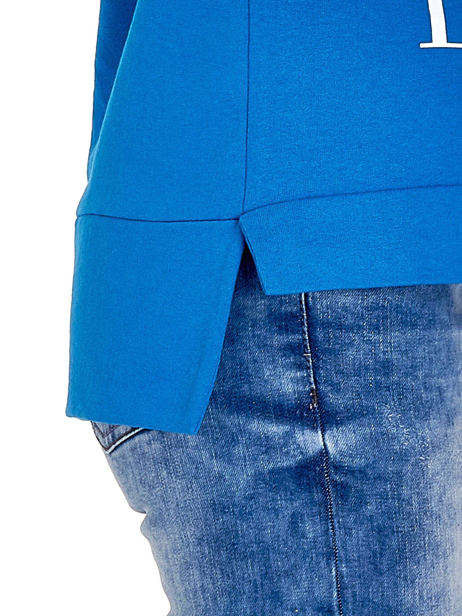 Niebieska bluza z napisem LOVE ME i dłuższym tyłem                                  zdj.                                  8