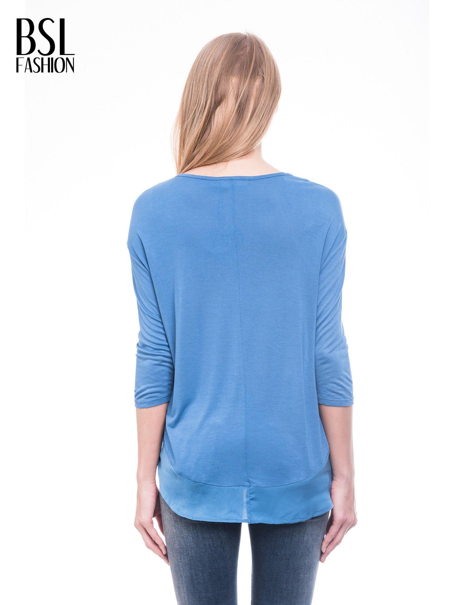 Niebieska bluzka z kwiatowym nadrukiem i rękawami 3/4                                  zdj.                                  4