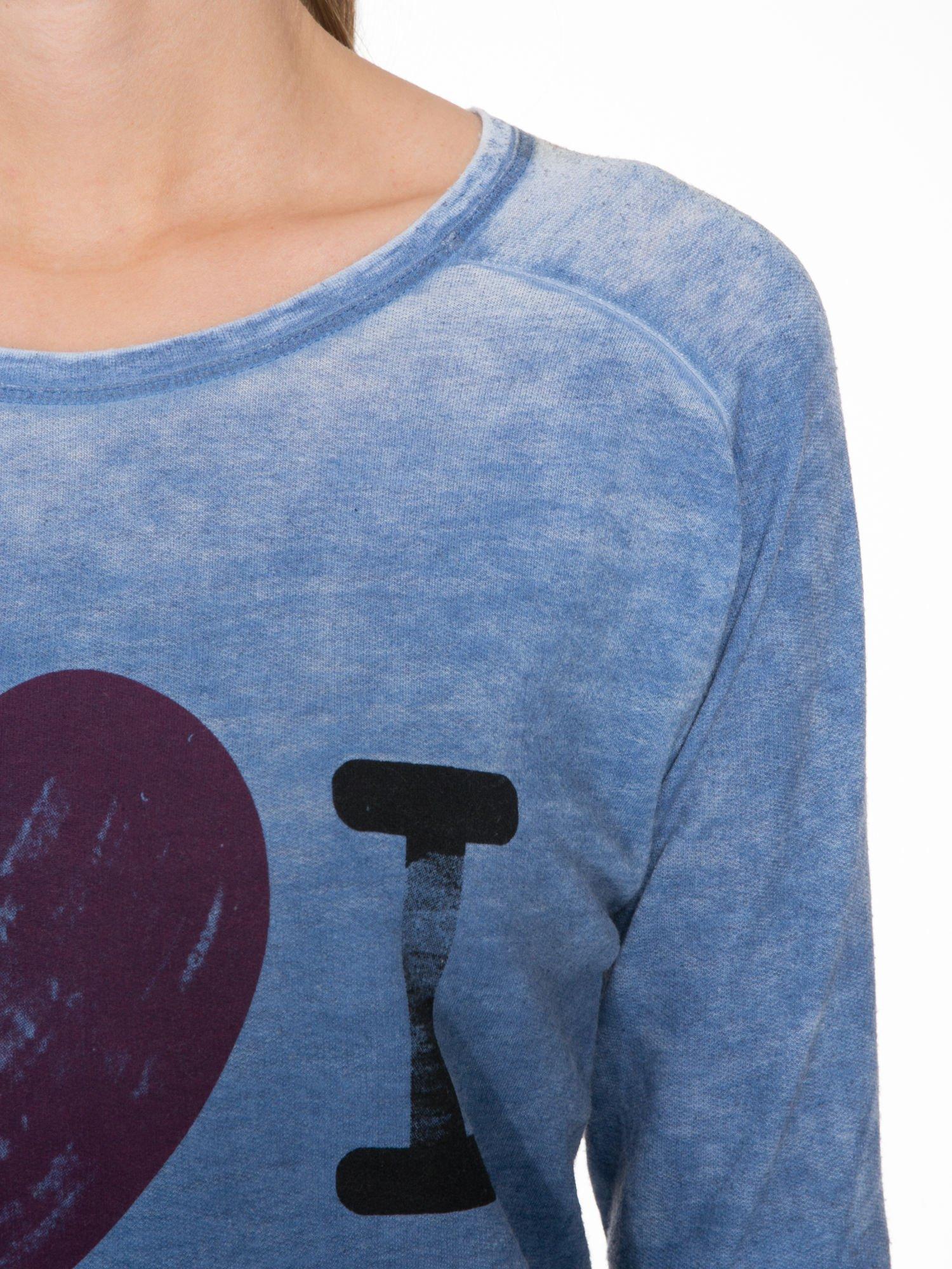 Niebieska bluzka z nadrukiem I LOVE BSL i efektem sprania                                  zdj.                                  5