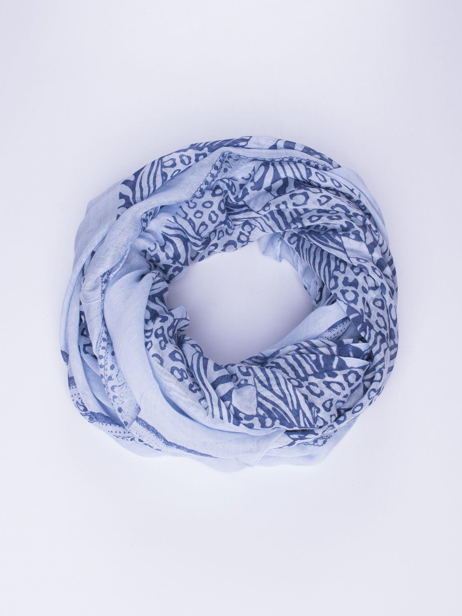 Niebieska chusta w kratę animal print                                  zdj.                                  1